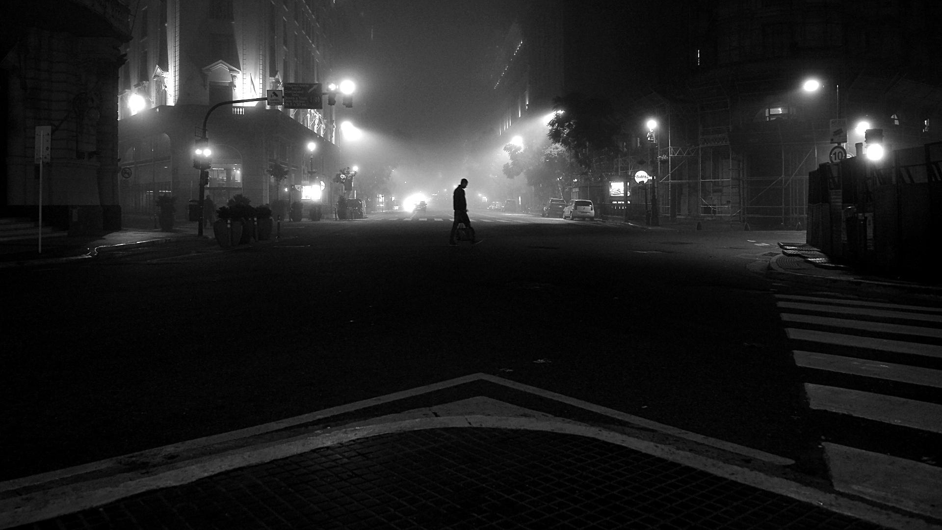 La ciudad de Buenos Aires cubierta por la neblina. Diagonal Norte desde Plaza de Mayo hacia el Obelisco (Gustavo Gavotti)