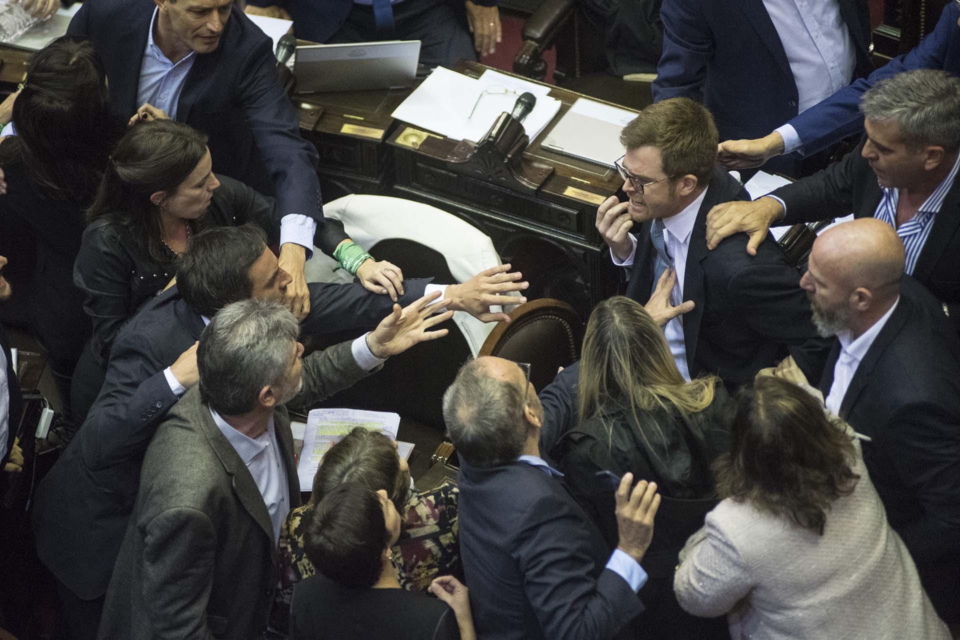 El diputado de Cambiemos Nicolás Massot y el legislador de Unidad Ciudadana Daniel Filmus protagonizaron un tenso cruce que derivó en el pase a cuarto intermedio en la sesión en la que la Cámara Baja discutía la media sanción del Presupuesto 2019 (Manuel Cortina)