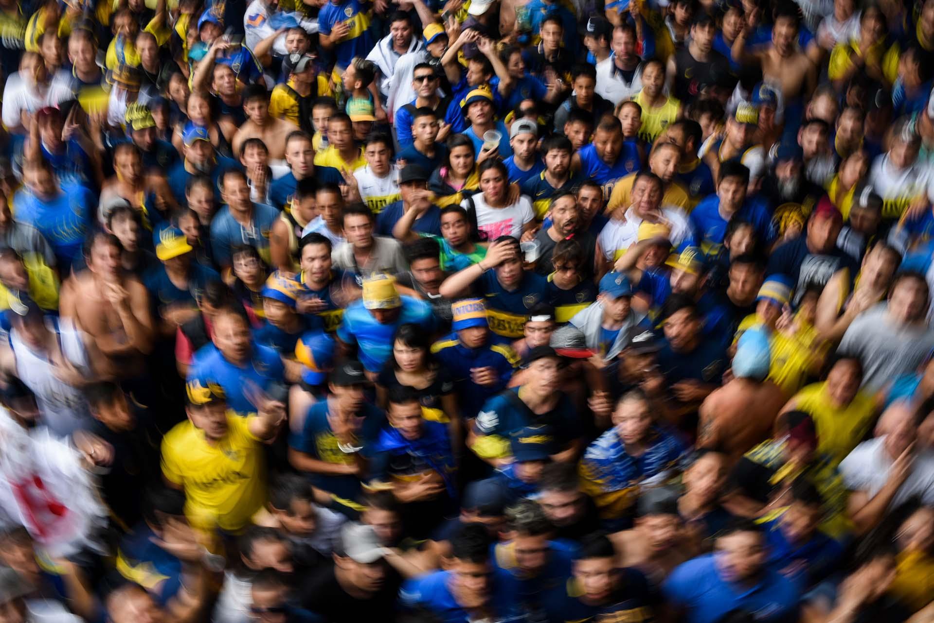 Una multitud de hinchas de Boca se agolpan y sufren en las calles del Barrio de La Boca, mientras se disputa el Superclásico ante River (Manuel Cortina)
