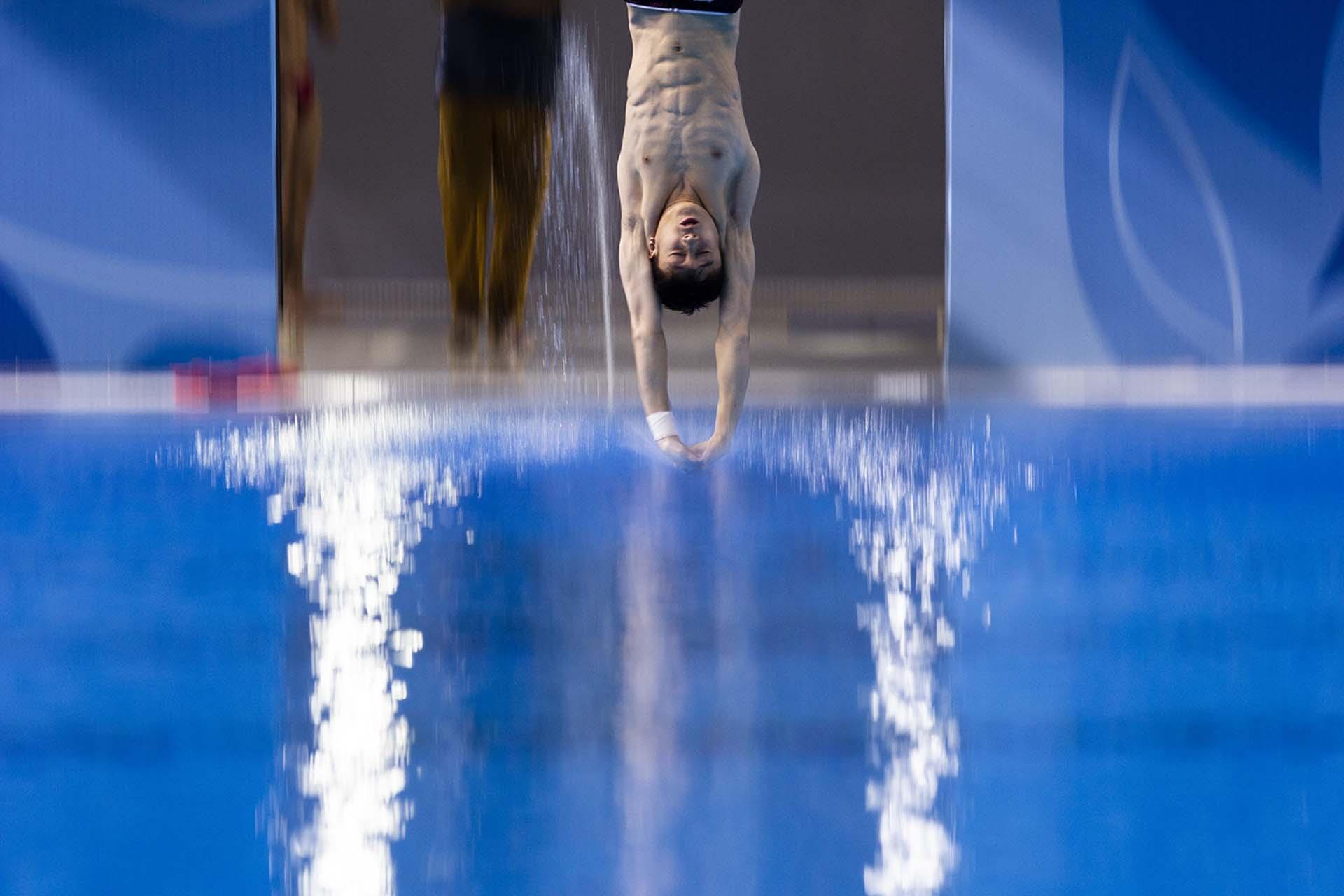 El chino Lian Junjie ejecuta su quinto salto en la prueba final de trampolín 3 metros en los Juegos Olímpicos de la Juventud (Matías Baglietto)