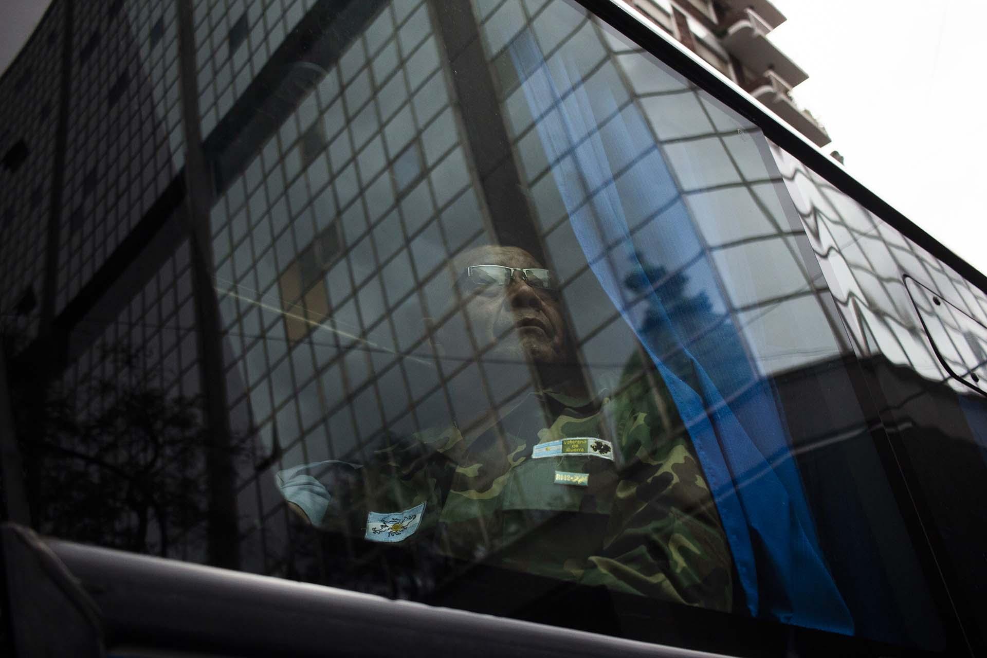 Un ex combatiente de la Guerra de Malvinas participa de la manifestación que exige el tratamiento de una ley que amplíe el Régimen de Pensiones de Guerra (Matías Baglietto)