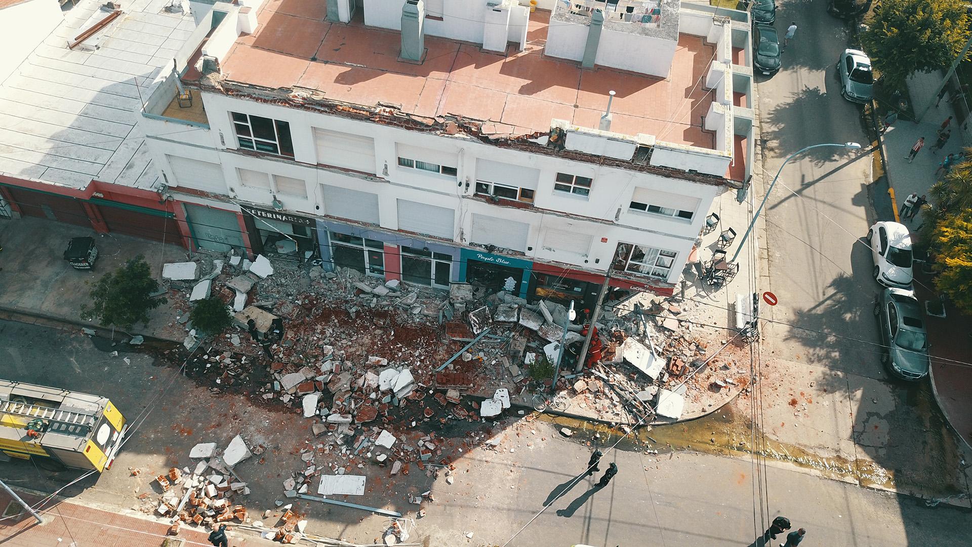 Tres balcones se derrumbaron en un edificio de Mar del Plata. Murieron una mujer de 35 años y su hija de 3 años (Christian Heit)