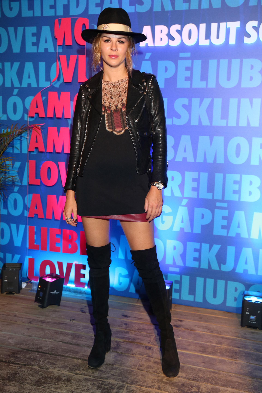 Yanina Screpante incluyó botas bucaneras, campera de cuero y sombrero (Foto: Muchnik)