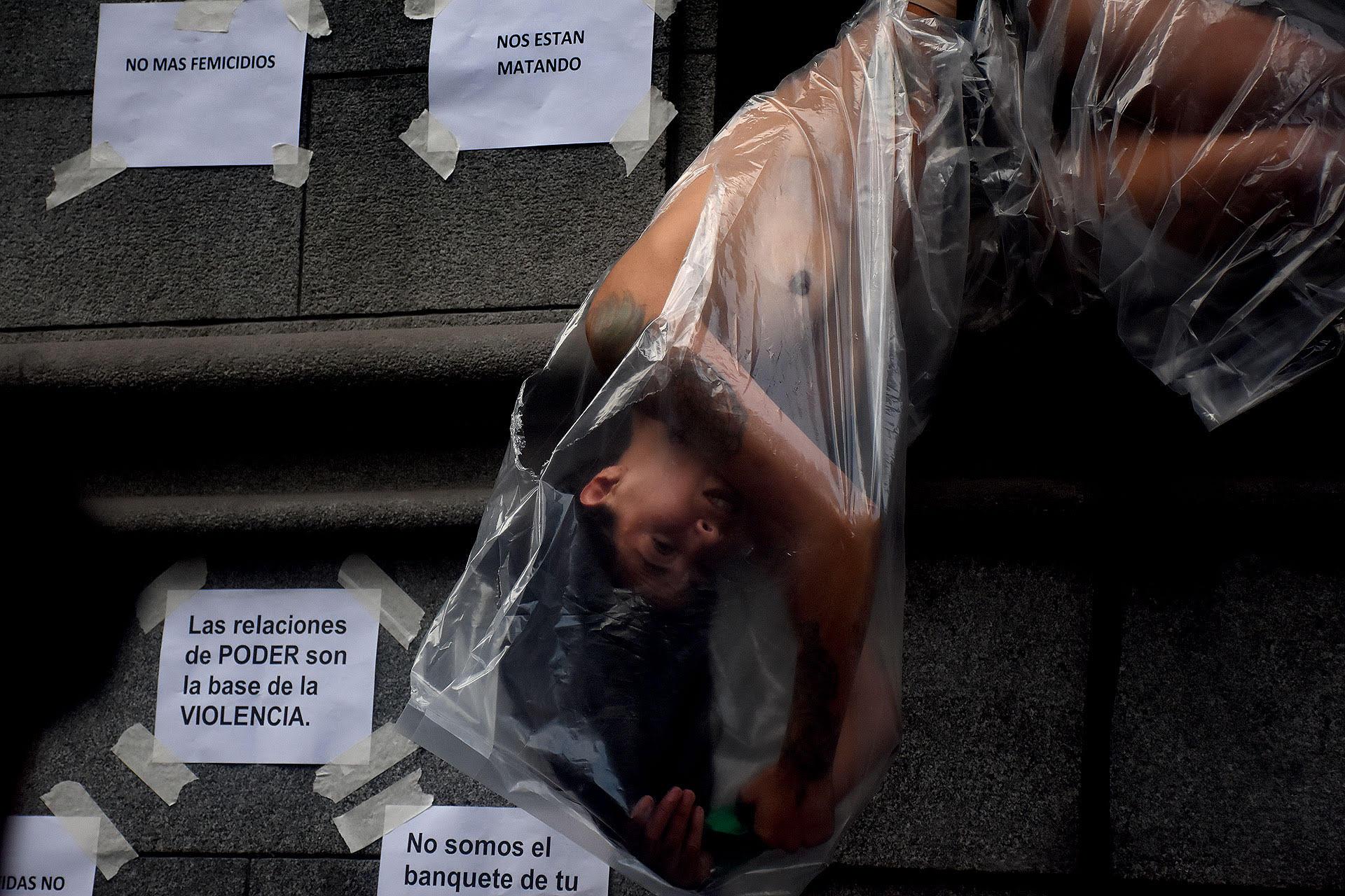 Expresión artística durante una movilización por el caso de Lucia Pérez en Buenos Aires (Nicolás Stulberg)