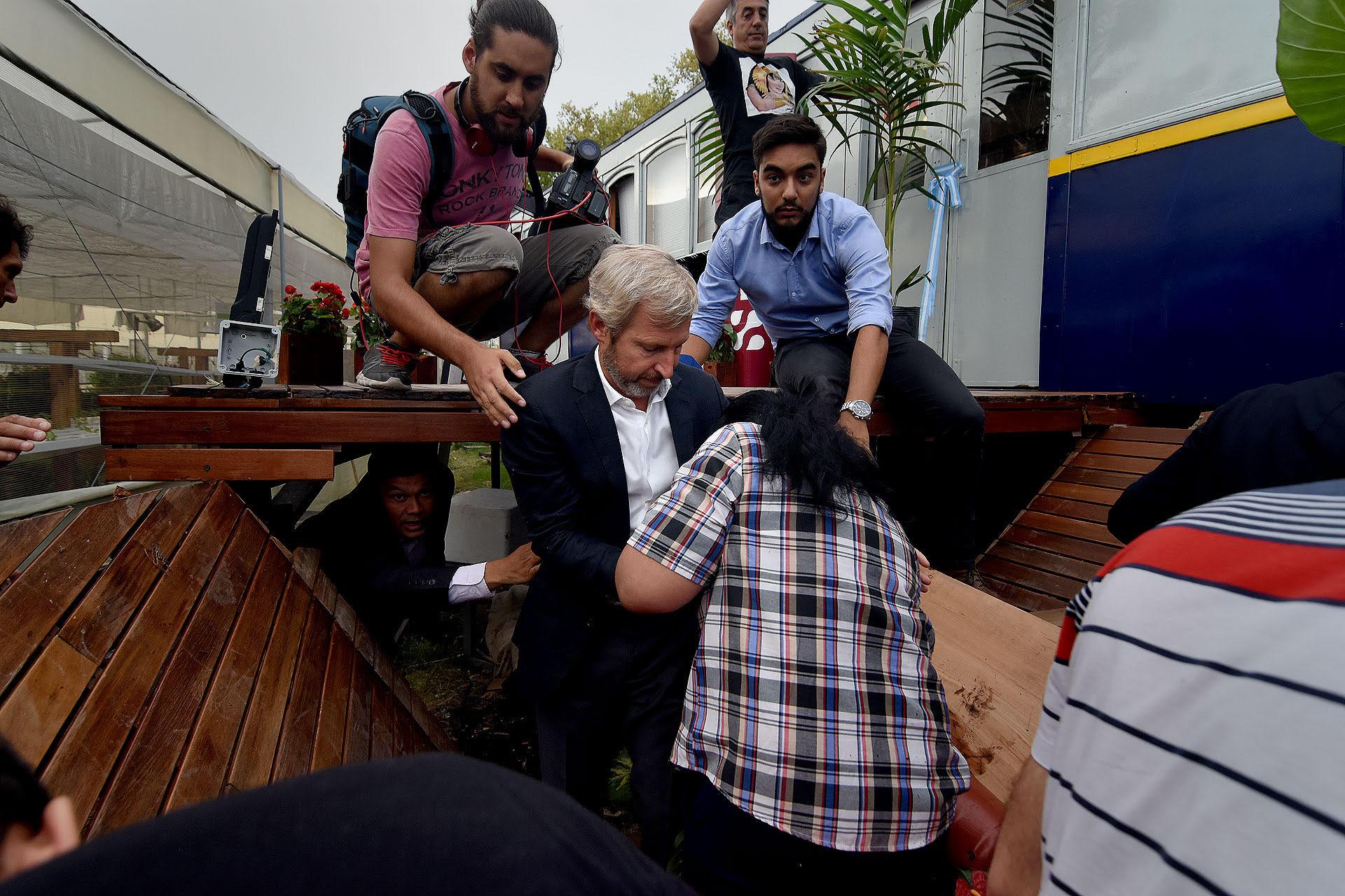 Durante la inauguración del restaurante de Margarita Barrientos se desplomó el piso. Del encuentro participaba el ministro del Interior, Rogelio Frigerio (Nicolás Stulberg)