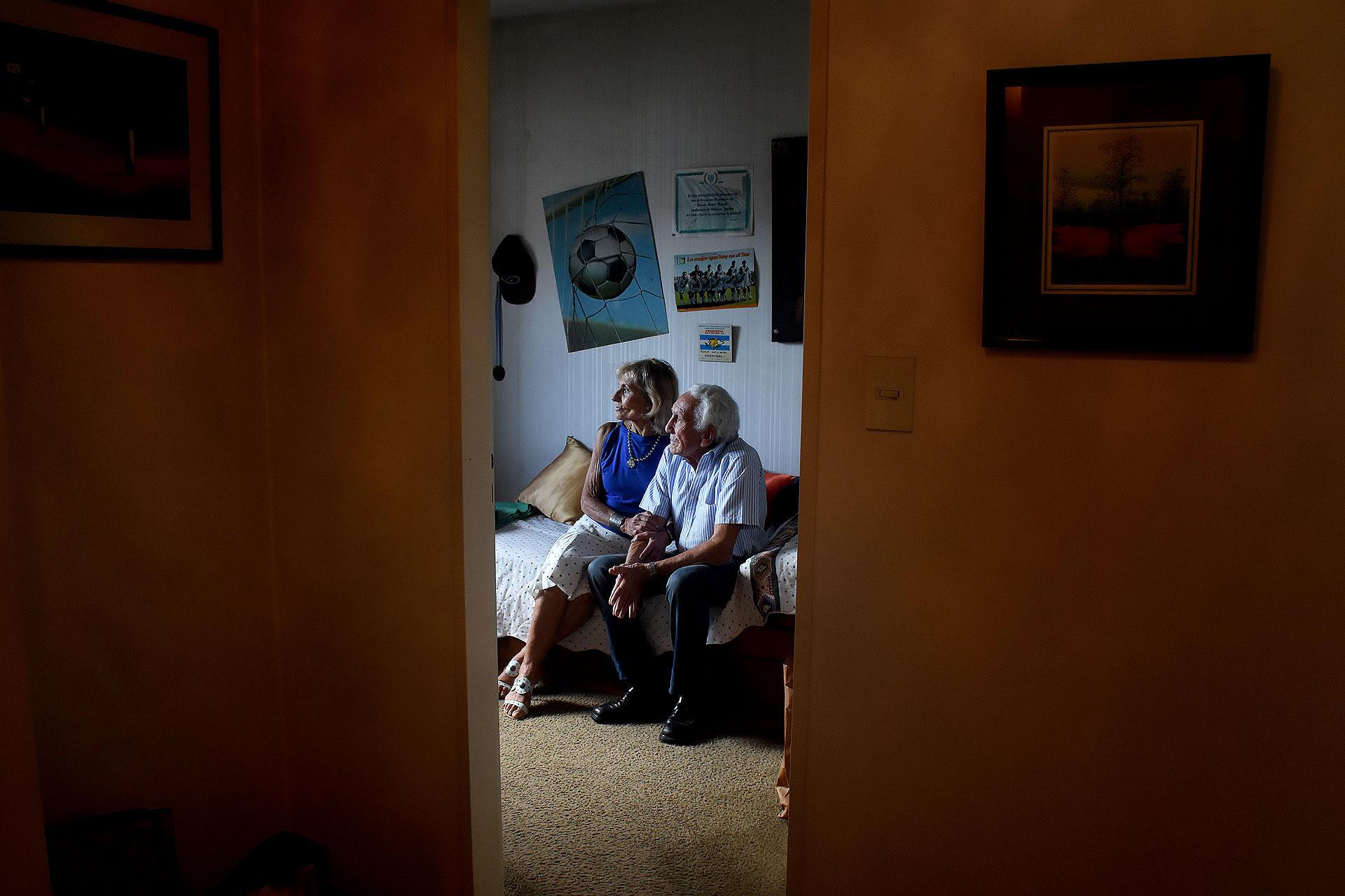 Dalal y Said Massad en el cuarto intacto de su hijo Marcelo Daniel, soldado caído en la guerra de Malvinas (Nicolás Stulberg)