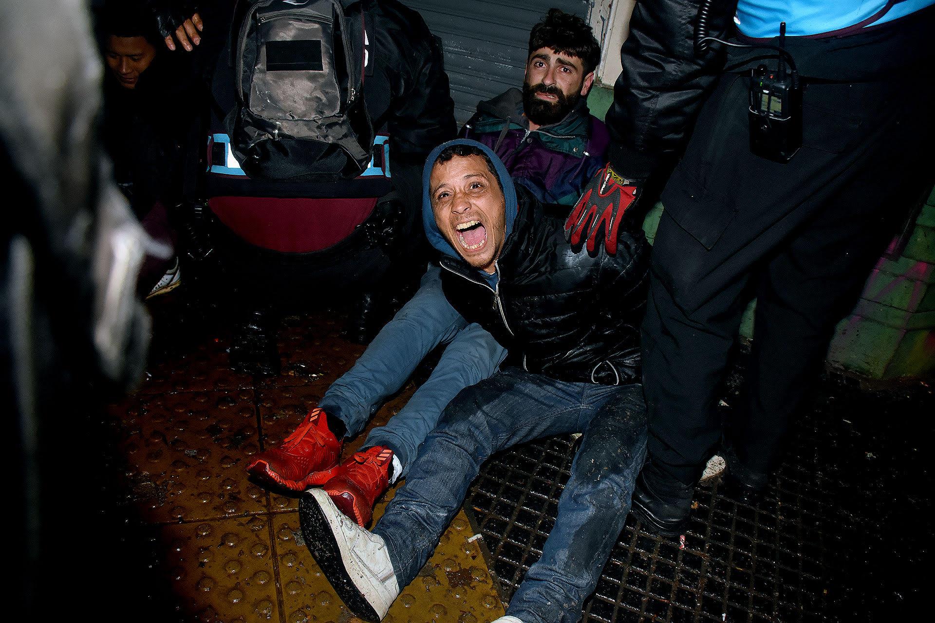 Detenidos al finalizar la vigilia en las afueras del Congreso durante el tratamiento de la despenalización del aborto en el Senado (Nicolás Stulberg)