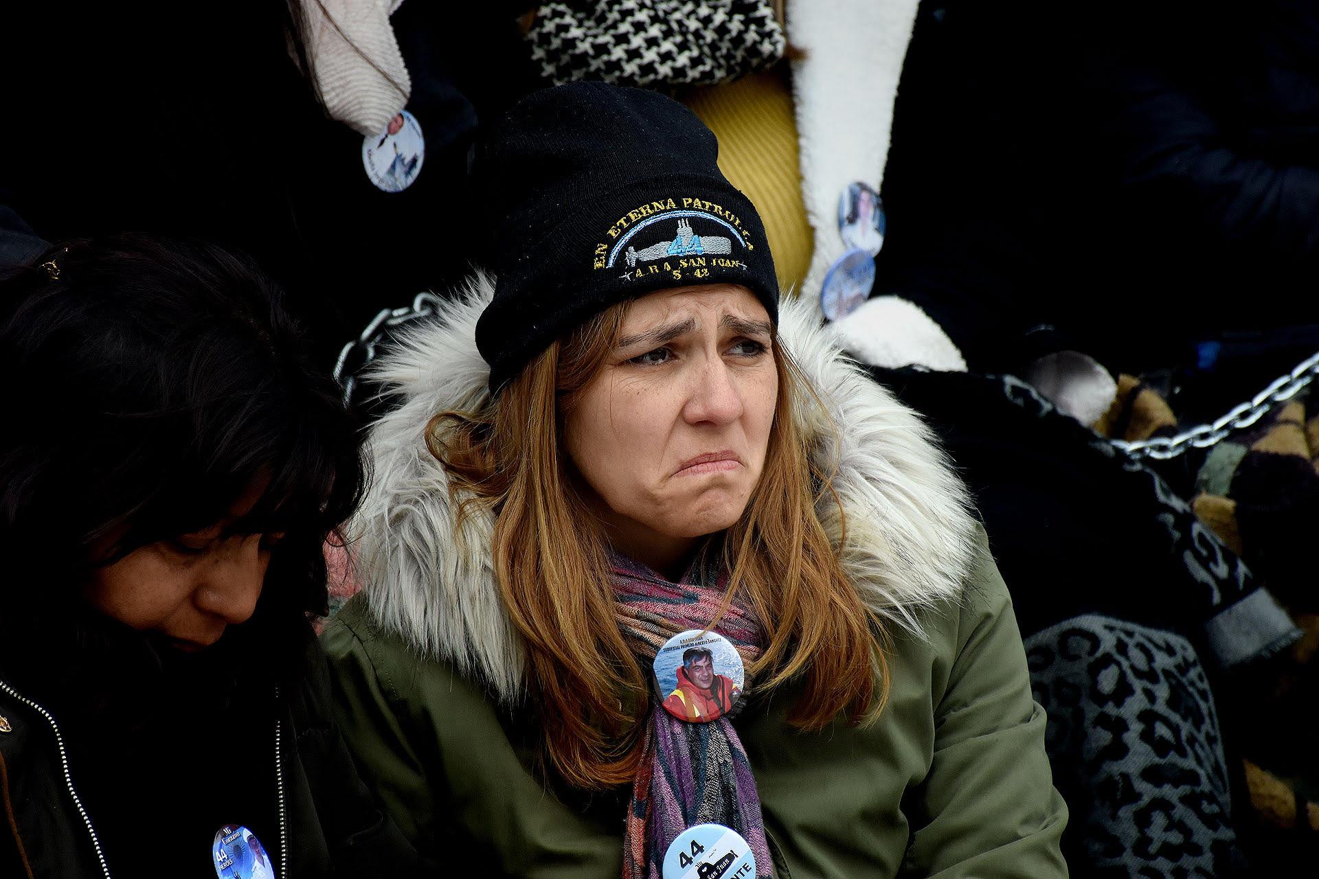 Familiares de los tripulantes del submarino Ara San Juan protestan encadenados frente a la Casa Rosada (Nicolás Stulberg)