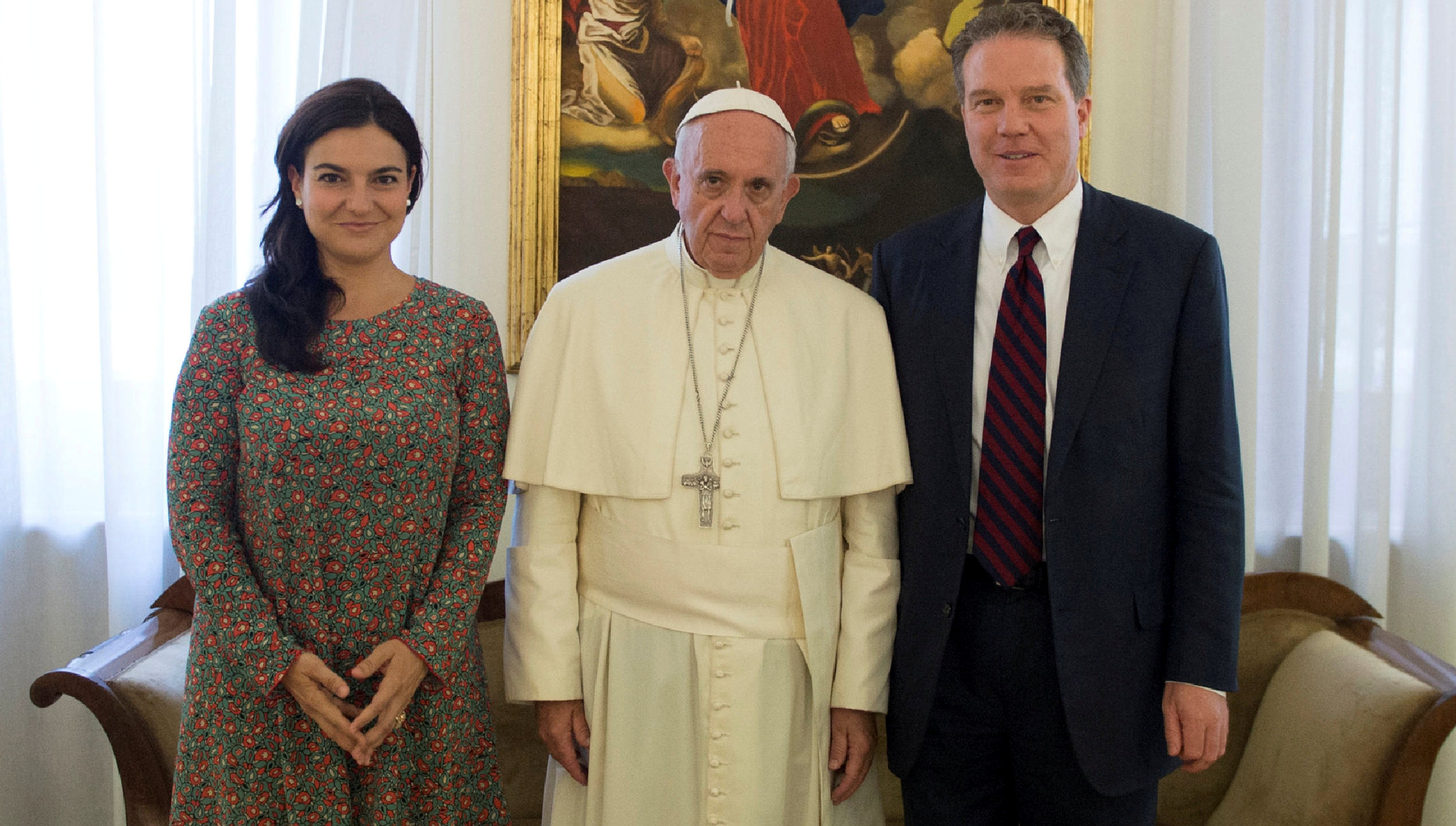 El papa Francisco, junto a Paloma Garcia Ovejero y Greg Burke (Reuters)