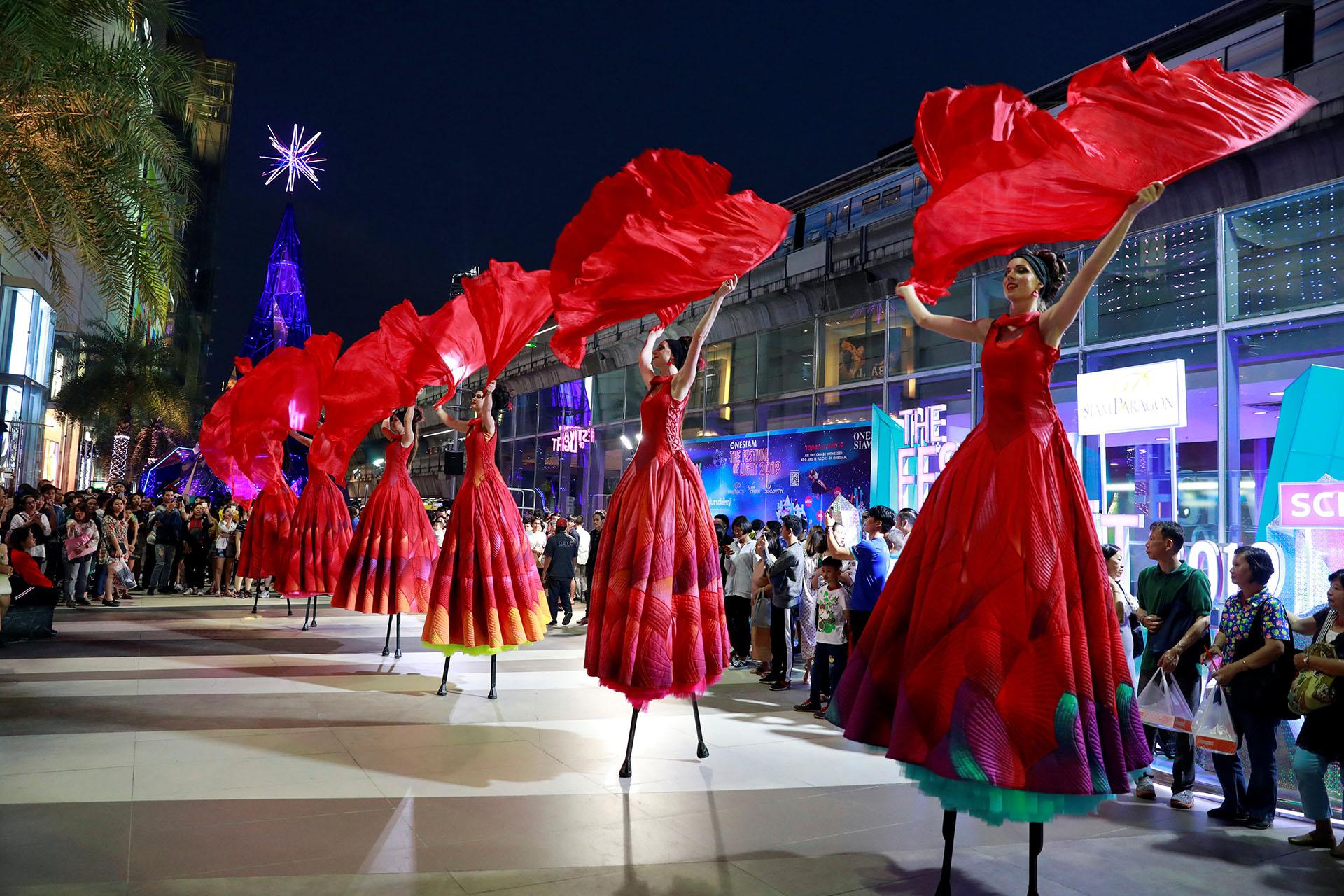 Artistas se presentan en un centro comercial durante el festival de Año Nuevo en Bangkok, Tailandia