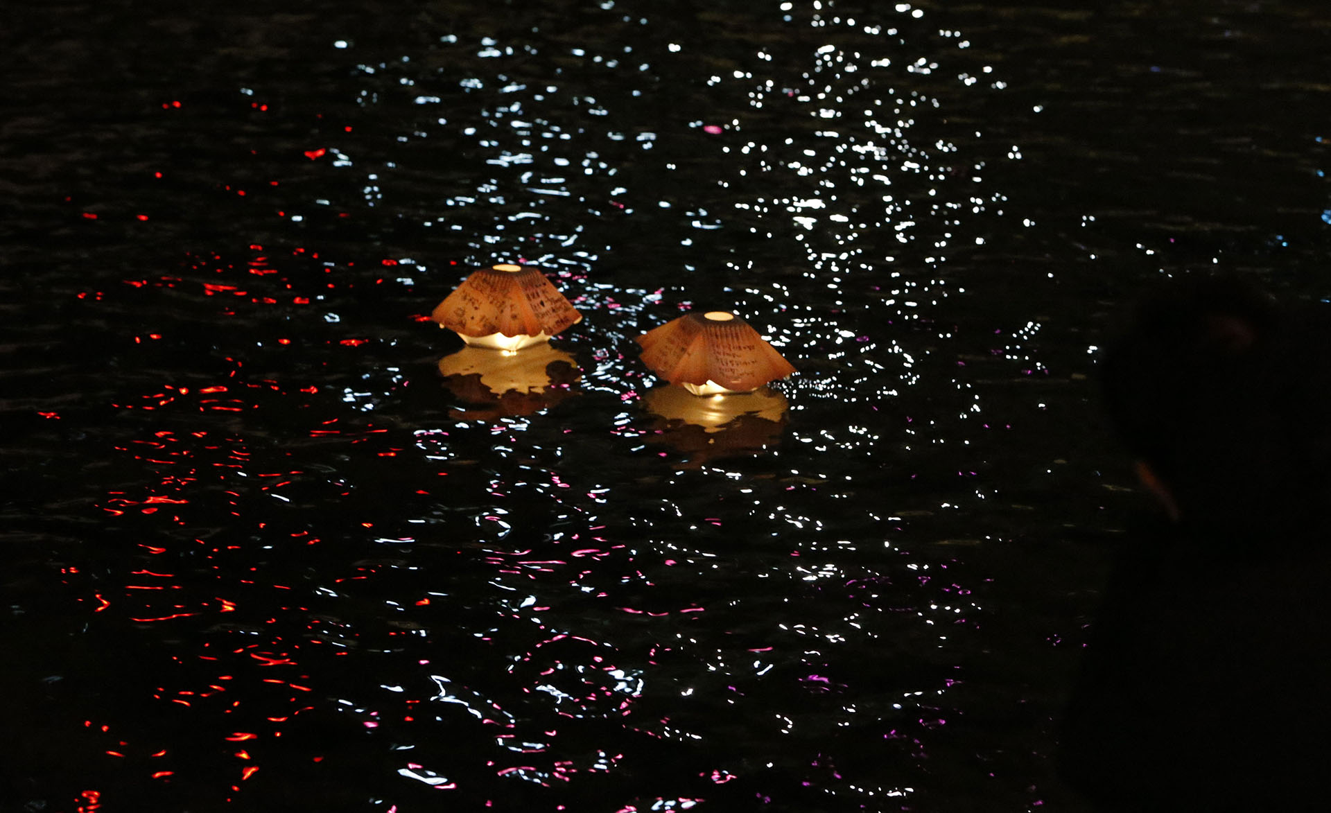 Vista de lámparas flotantes de deseo sobre el agua en la calle Cheonggye durante las celebraciones de Año Nuevo en Seúl, Corea del Sur