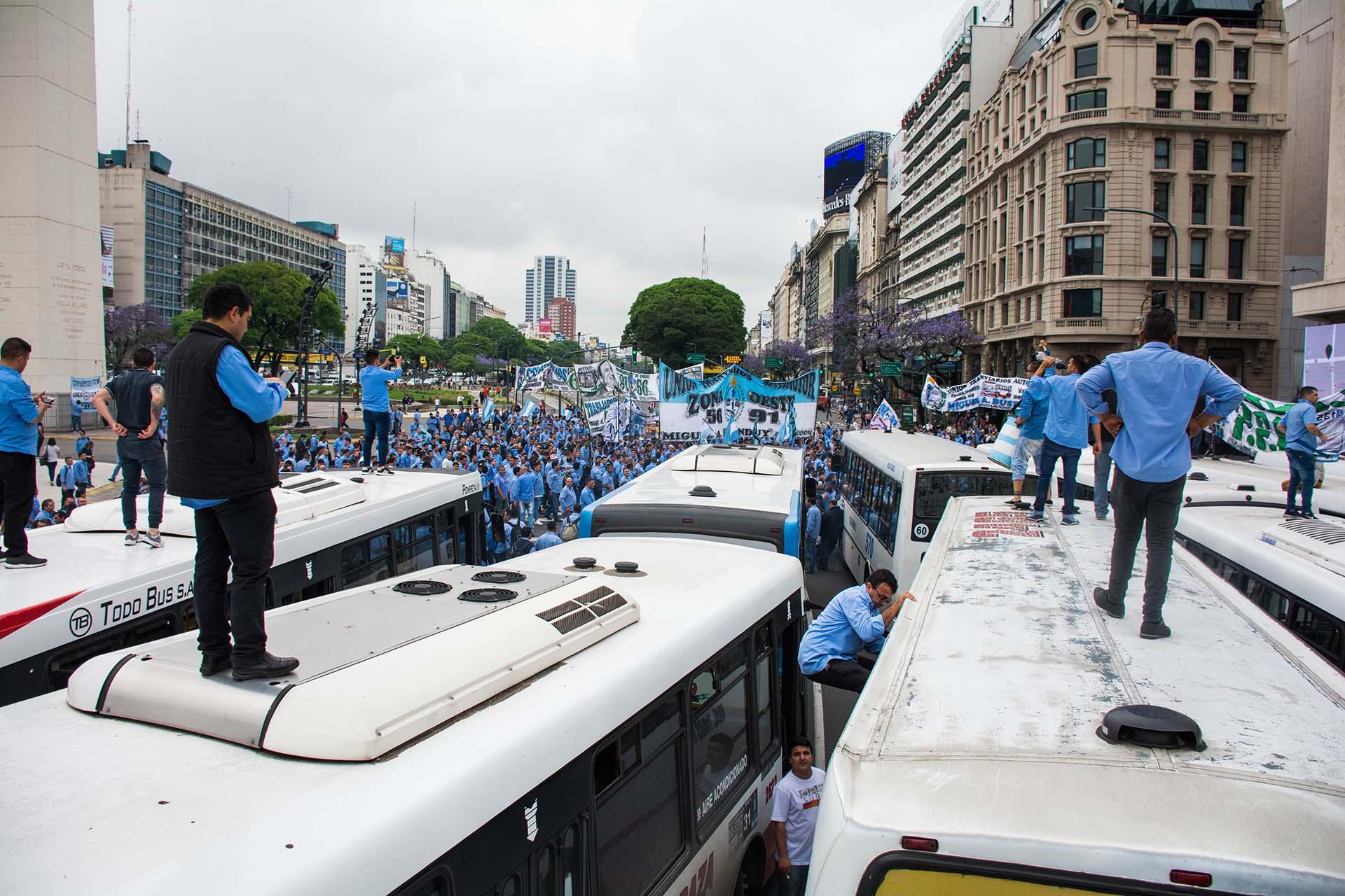 Trabajadores de diversas líneas de colectivo marcharon al Obelisco para reclamar que las elecciones del sindicato habían sido fraudulentas (Franco Fafasuli)