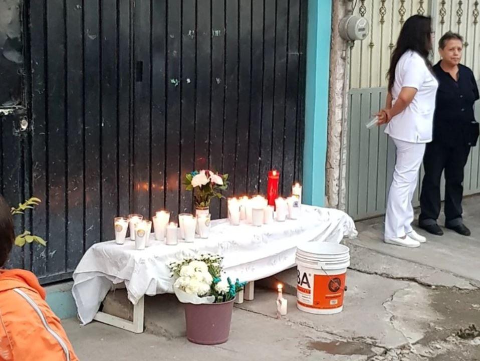 Altar frente al domicilio donde encontraron restos de mujeres víctimas de la pareja feminicida (Foto: Especial)