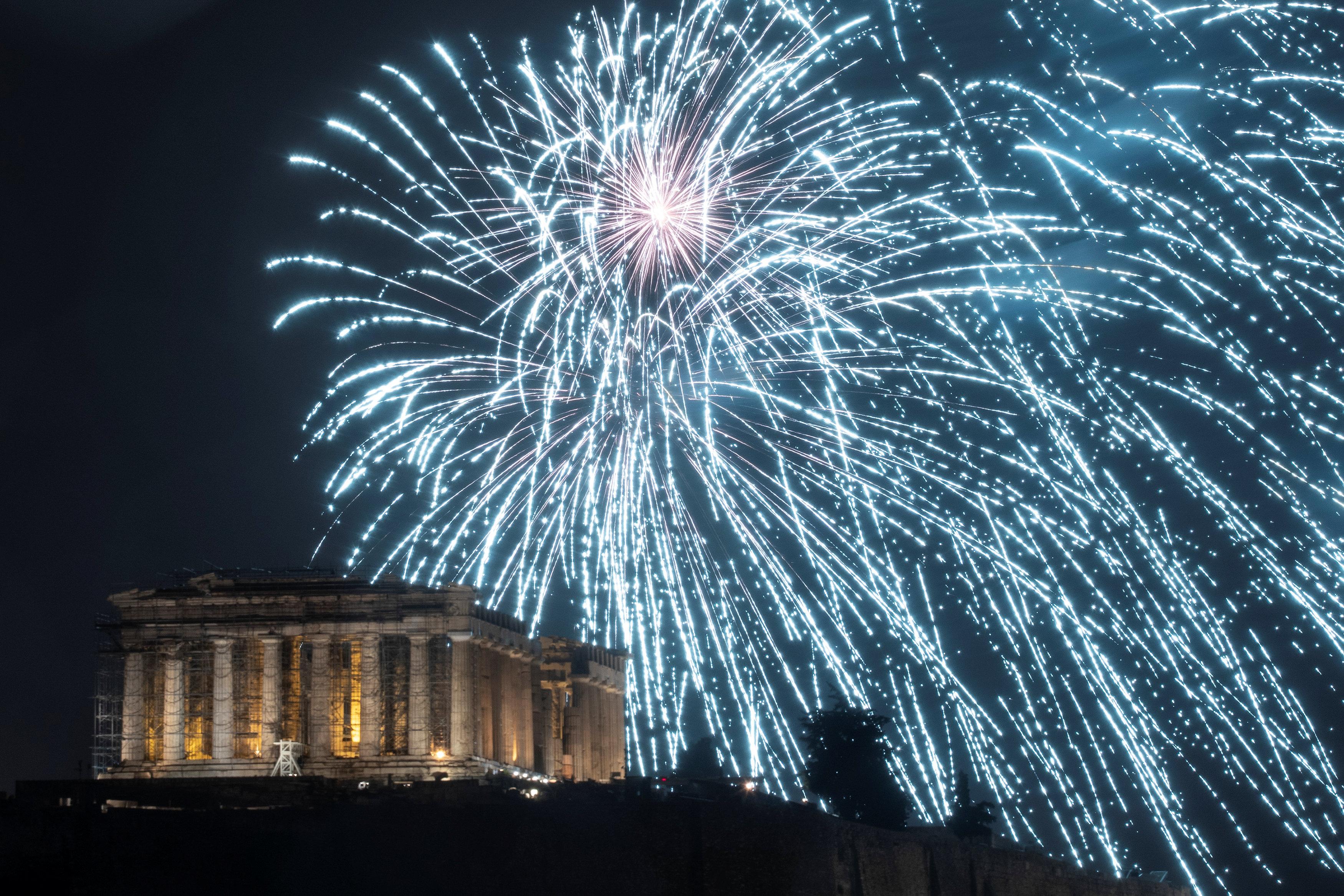 Fuegos artificiales sobre la Acrópolis de Atenas, en Grecia(Reuters)