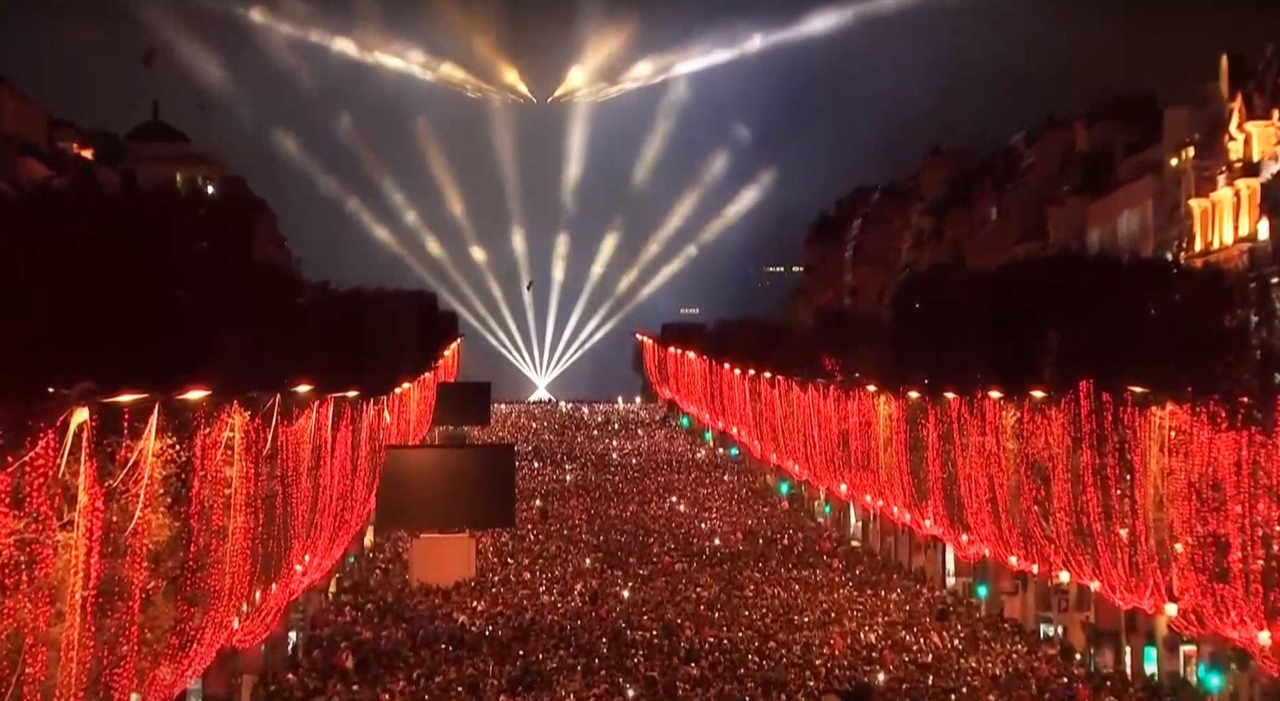 Juegos de luces en los Champs-Élysées, en París