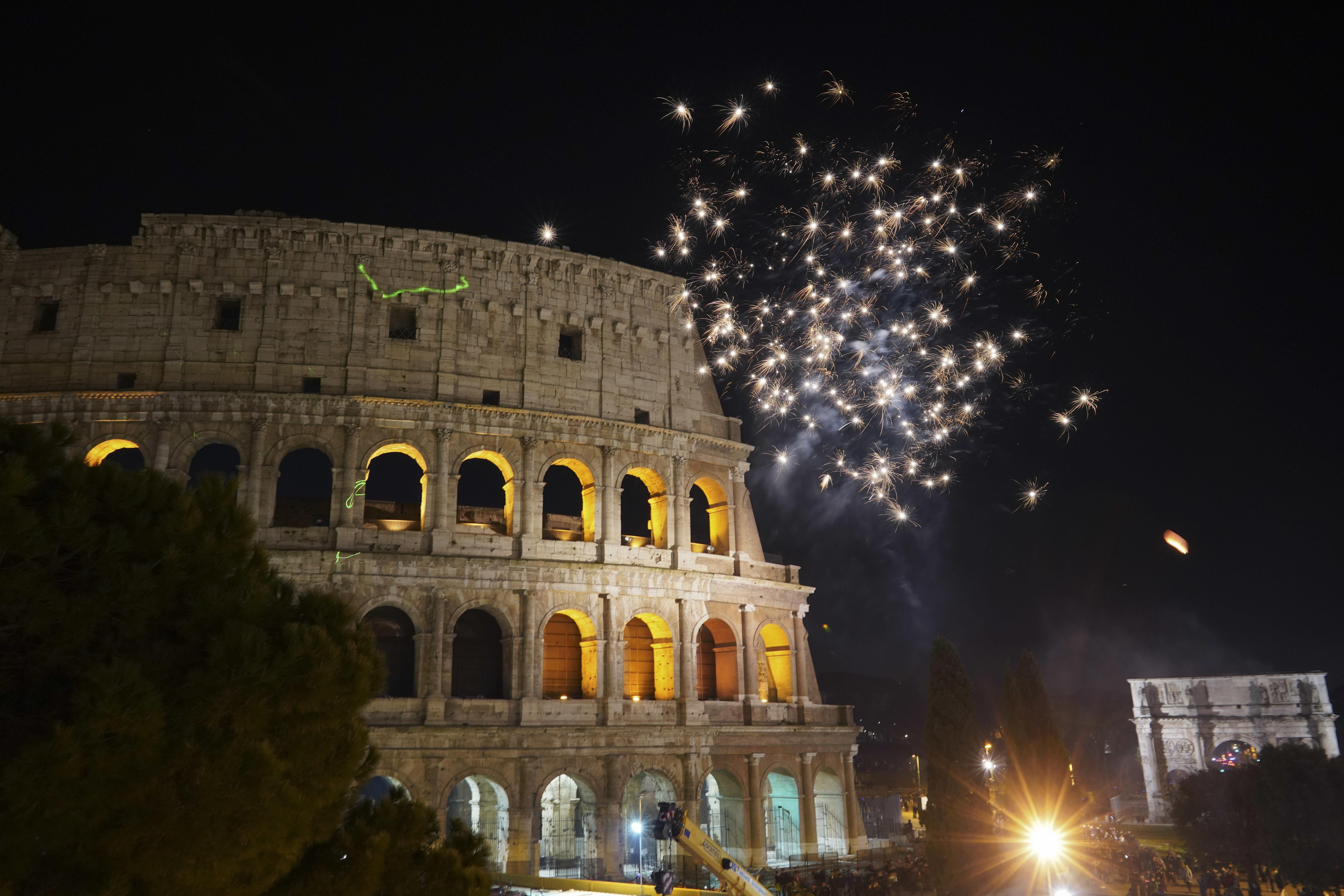Fuegos artificiales iluminan el cielo sobre el Coliseo en los festejos por el Año Nuevo, en Roma. (AP Foto/Andrew Medichini)