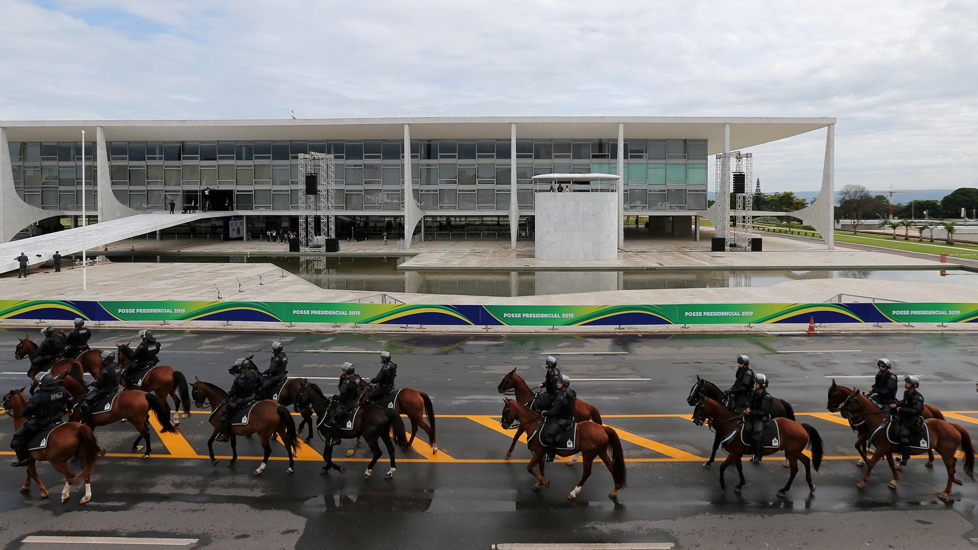La Policía montada custodia las inmediaciones del palacio de gobierno (REUTERS/Sergio Moraes)