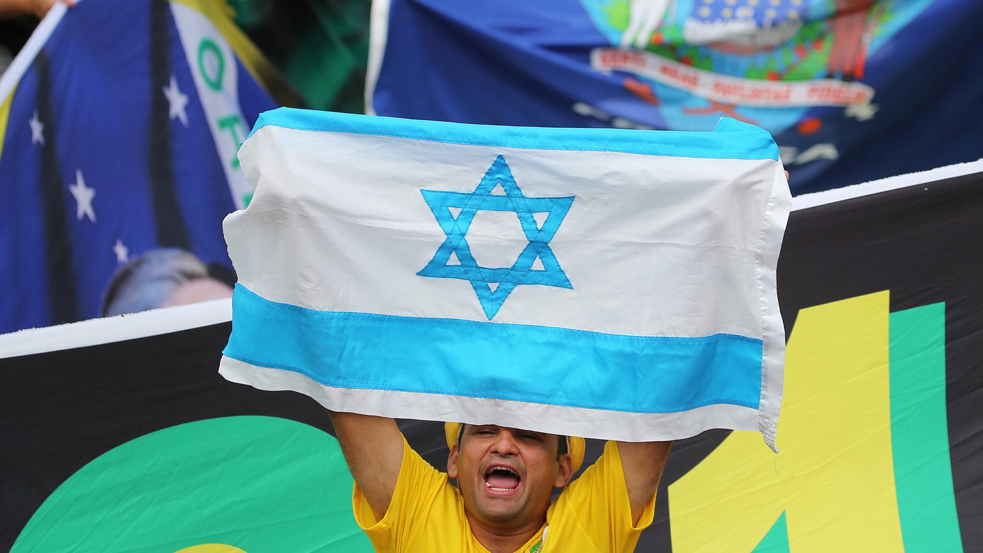 Un hombre sostiene una bandera de Israel, país con el que Bolsonaro quiere tejer una estrecha alianza (REUTERS/Sergio Moraes)