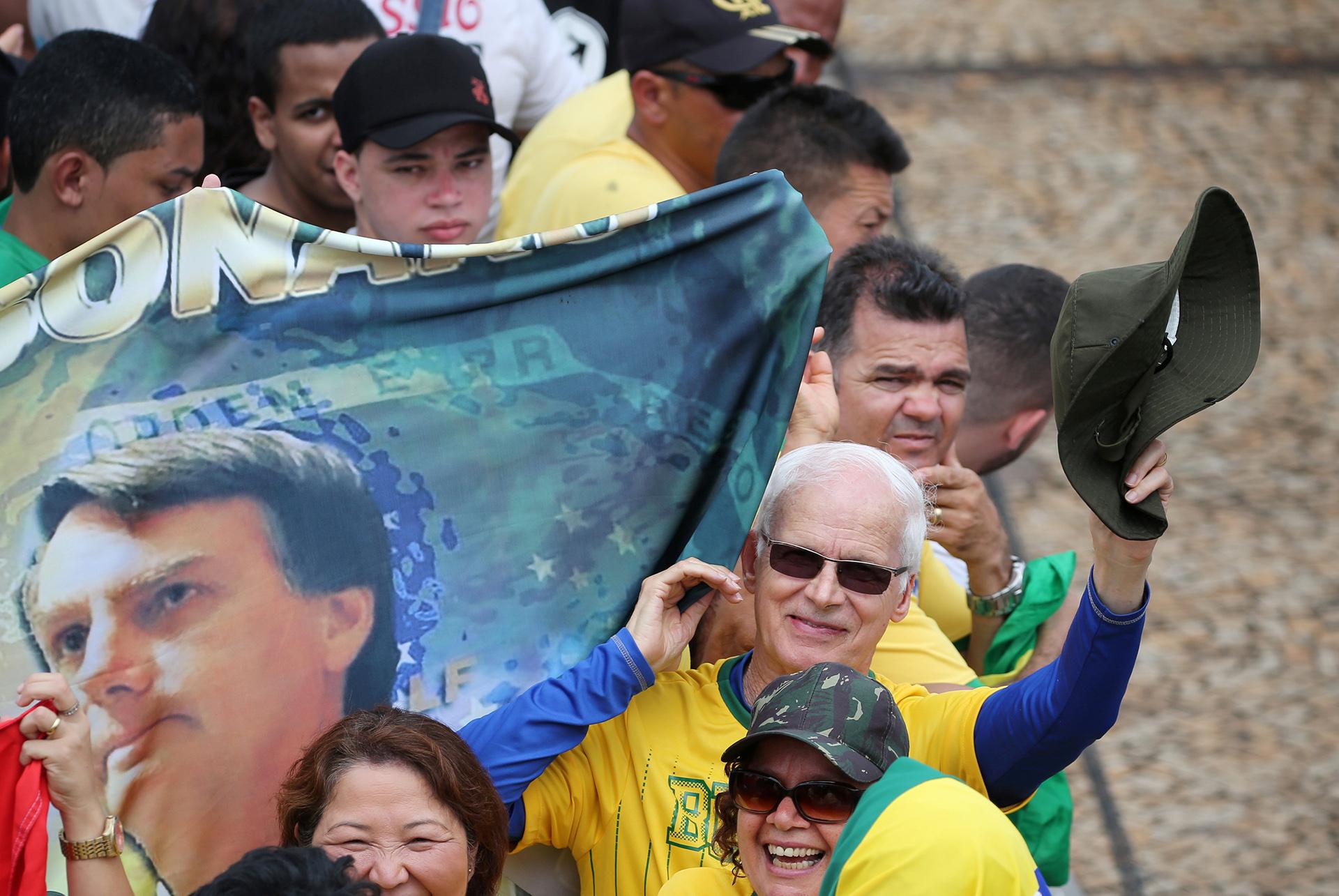 Los seguidores del capitán del Ejército mostraron su felicidad (REUTERS/Sergio Moraes)
