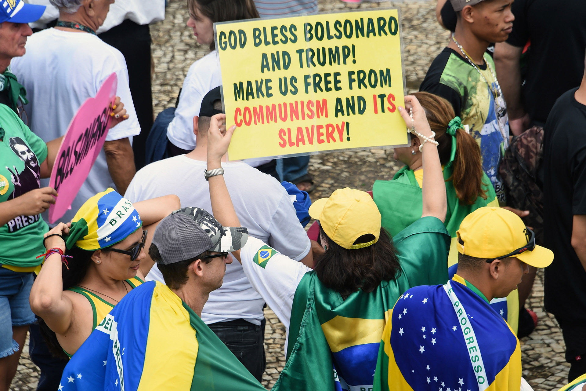 """""""Dios bendiga a Bolsonaro y a Trump. Libérennos del comunismo y de su esclavitud"""", dice otro cartel (EVARISTO SA / AFP)"""