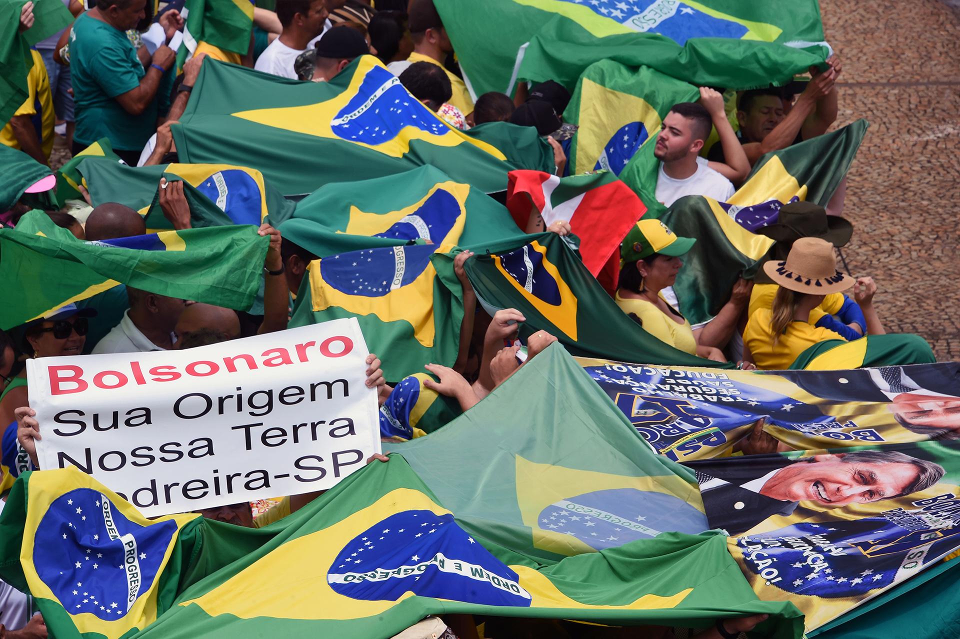 """""""Bolsonaro, su origen, nuestra tierra"""", dice el cartel de un simpatizante (EVARISTO SA / AFP)"""