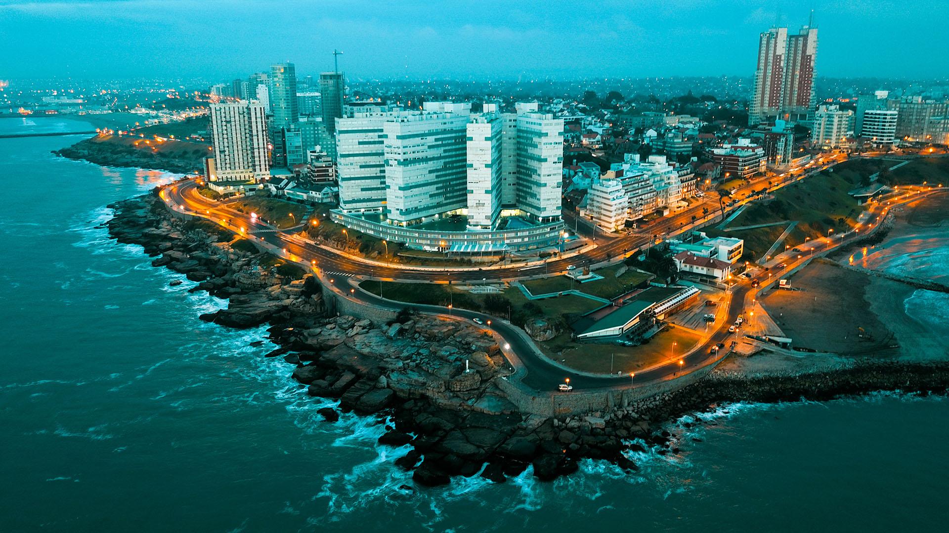 El cabo Corrientes es un saliente rocoso de la costa argentina, ubicado entre las playas Chica y Varese