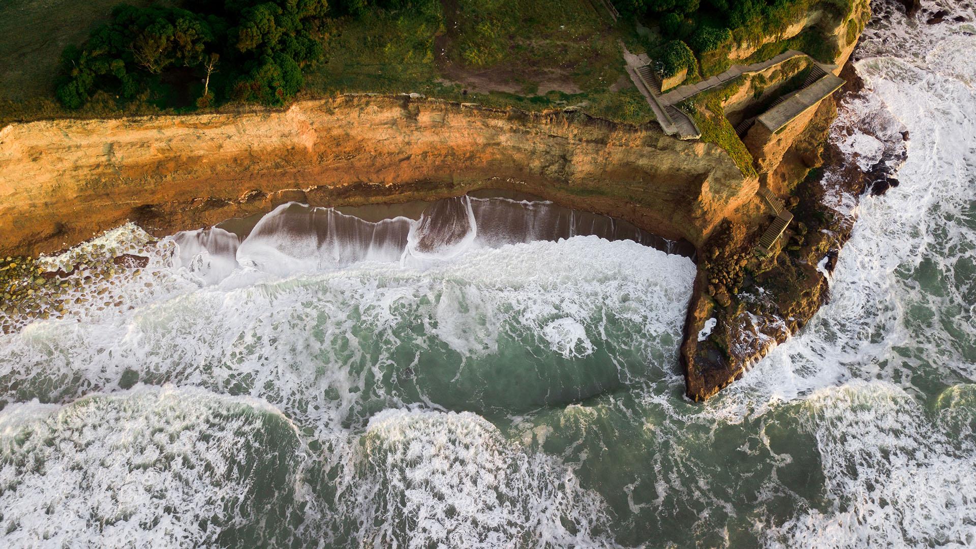 Los Acantilados es un balneario ubicado en las playas situadas al sur del Faro Punta Mogotes