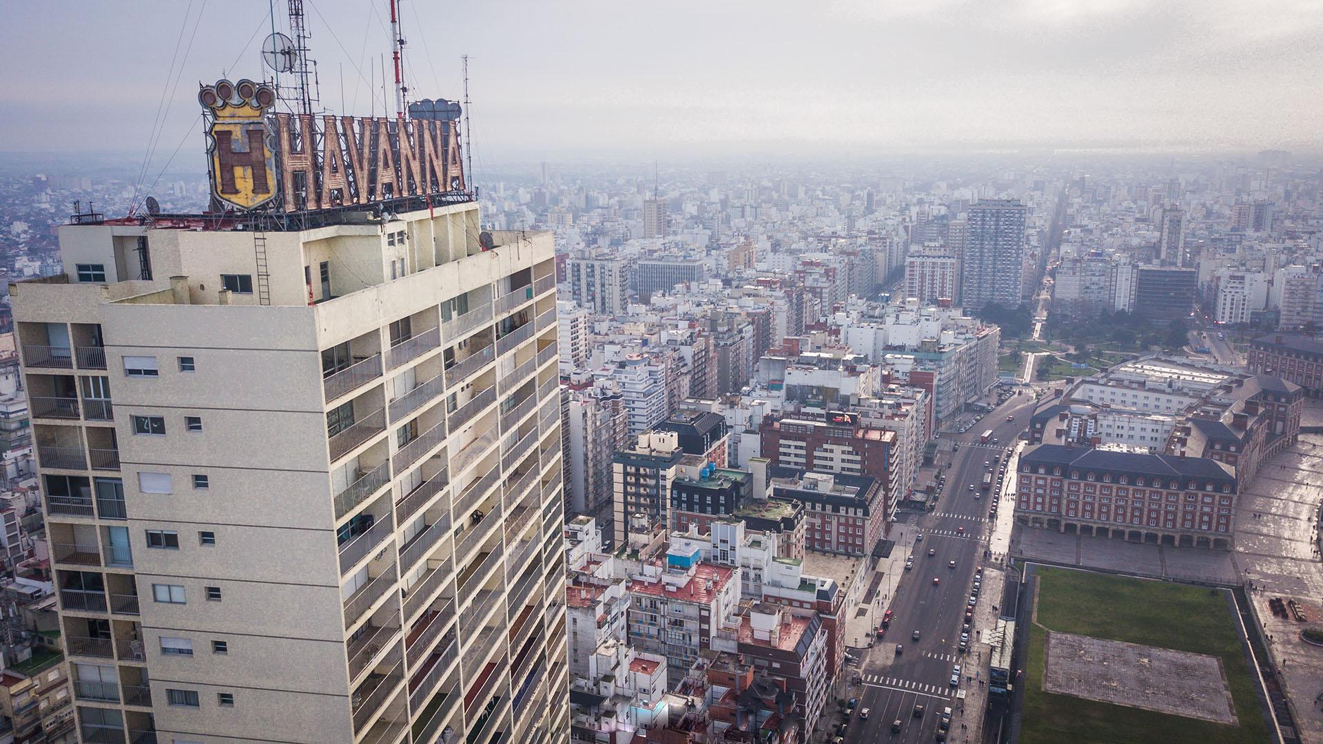 El Edificio Demetrio Elíades es conocido popularmente como Edificio Havanna, por poseer el logo de la fábrica de alfajores