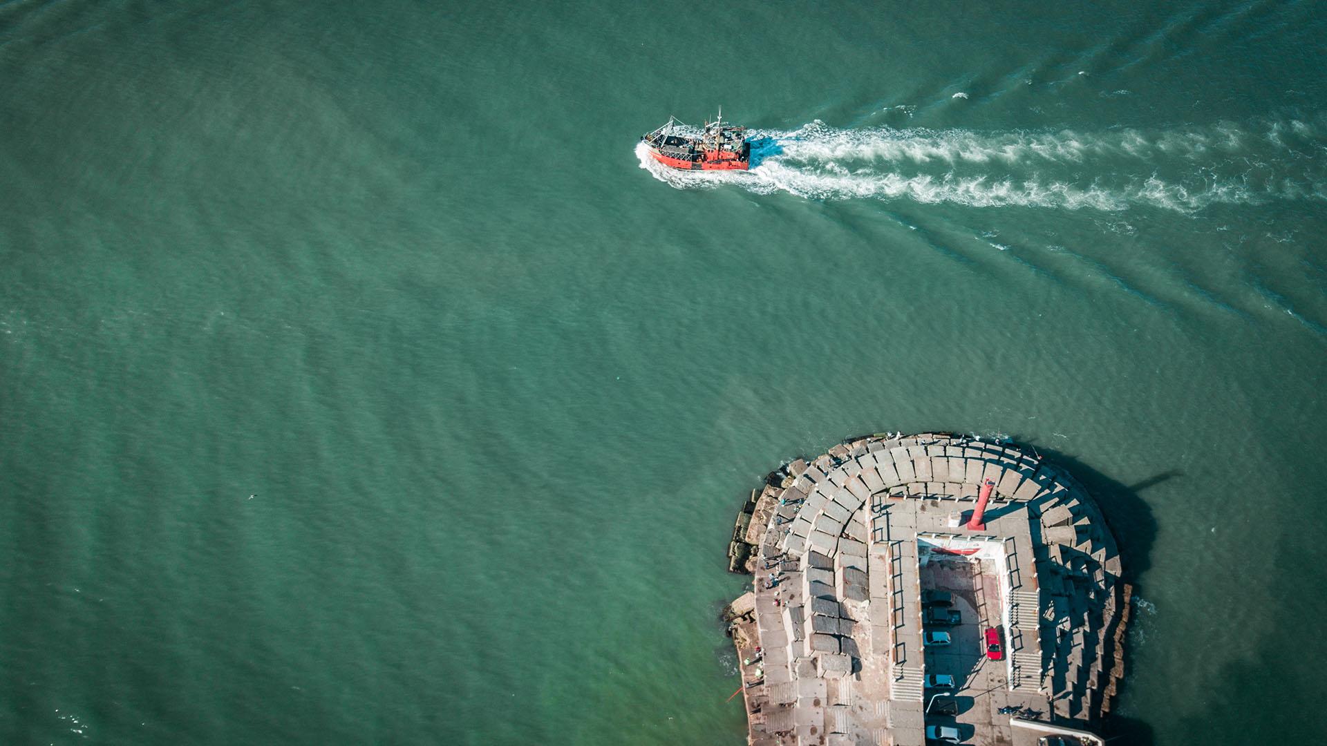El puerto se ubica en la costa de Mar del Plata y está encerrado por dos importantes escolleras, la Norte y la Sur