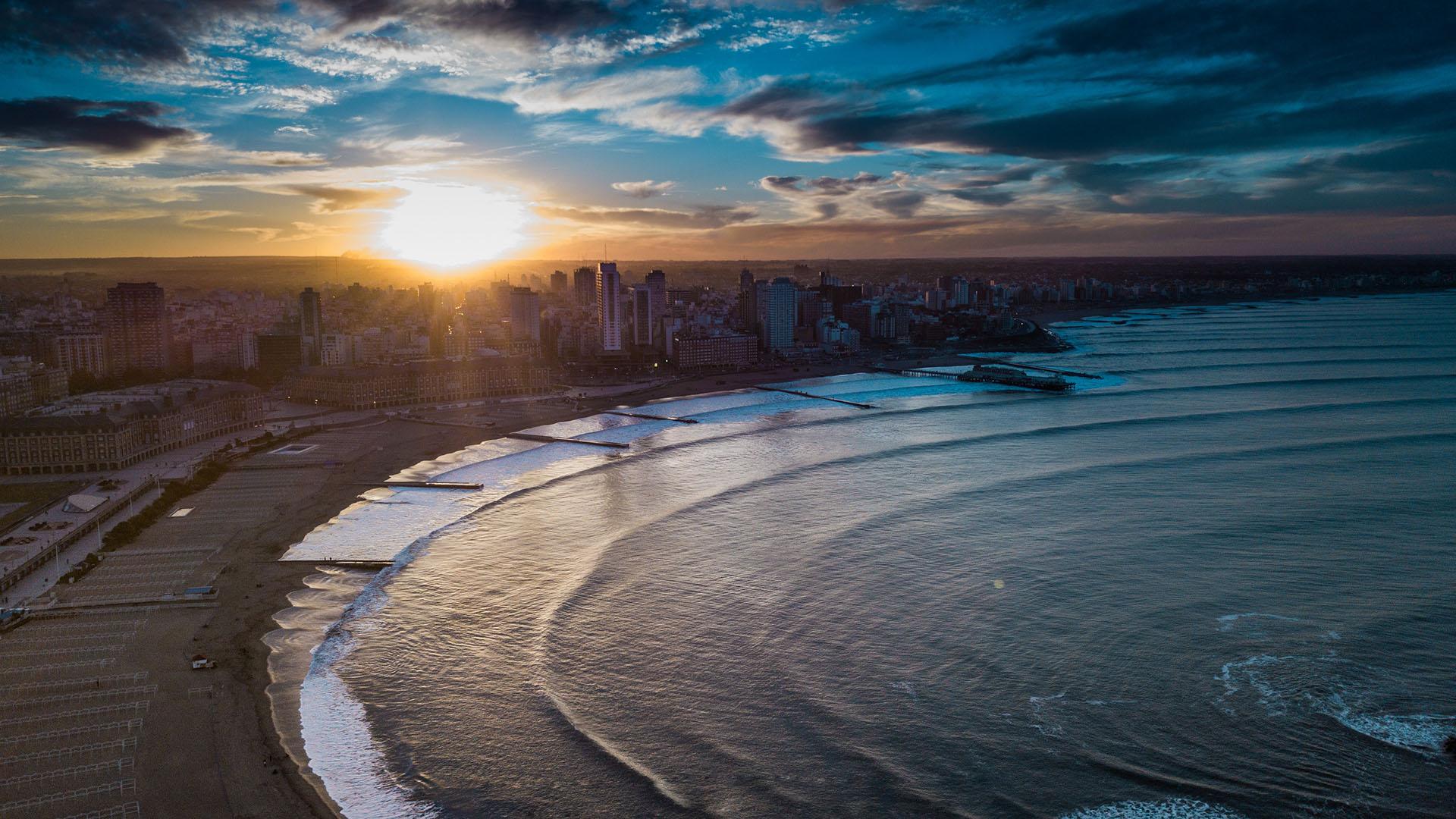 La Playa Bristol es un famoso balneario argentino ubicado frente al centro urbano de la ciudad