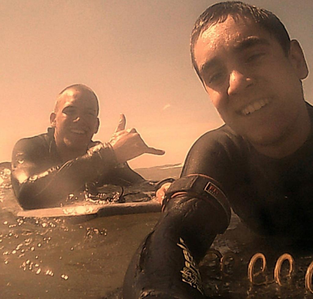 Pitman y Costa acostumbranpracticar surf juntos en Mar del Plata