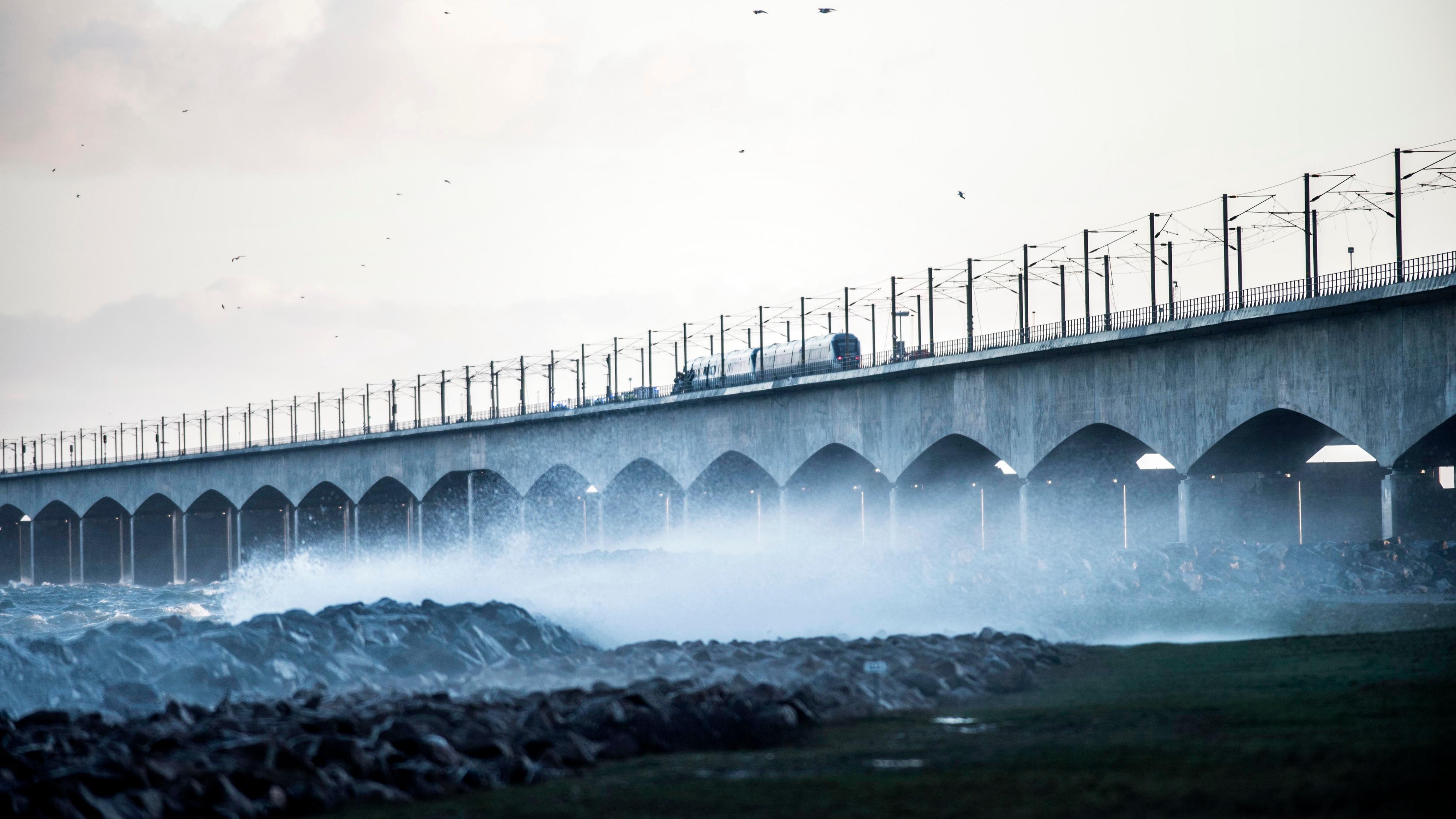 El tren de pasajeros varado sobre el puente tras a colisión (AFP)