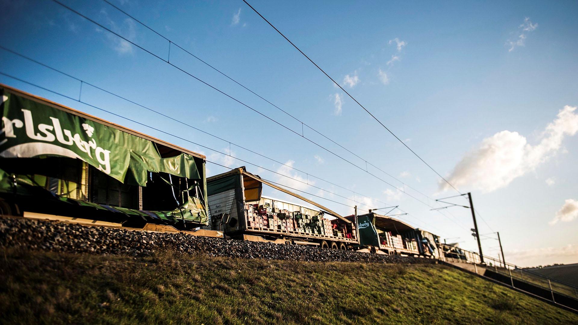 Una vista del tren de carga que colisionó con la formación de pasajeros (Reuters)