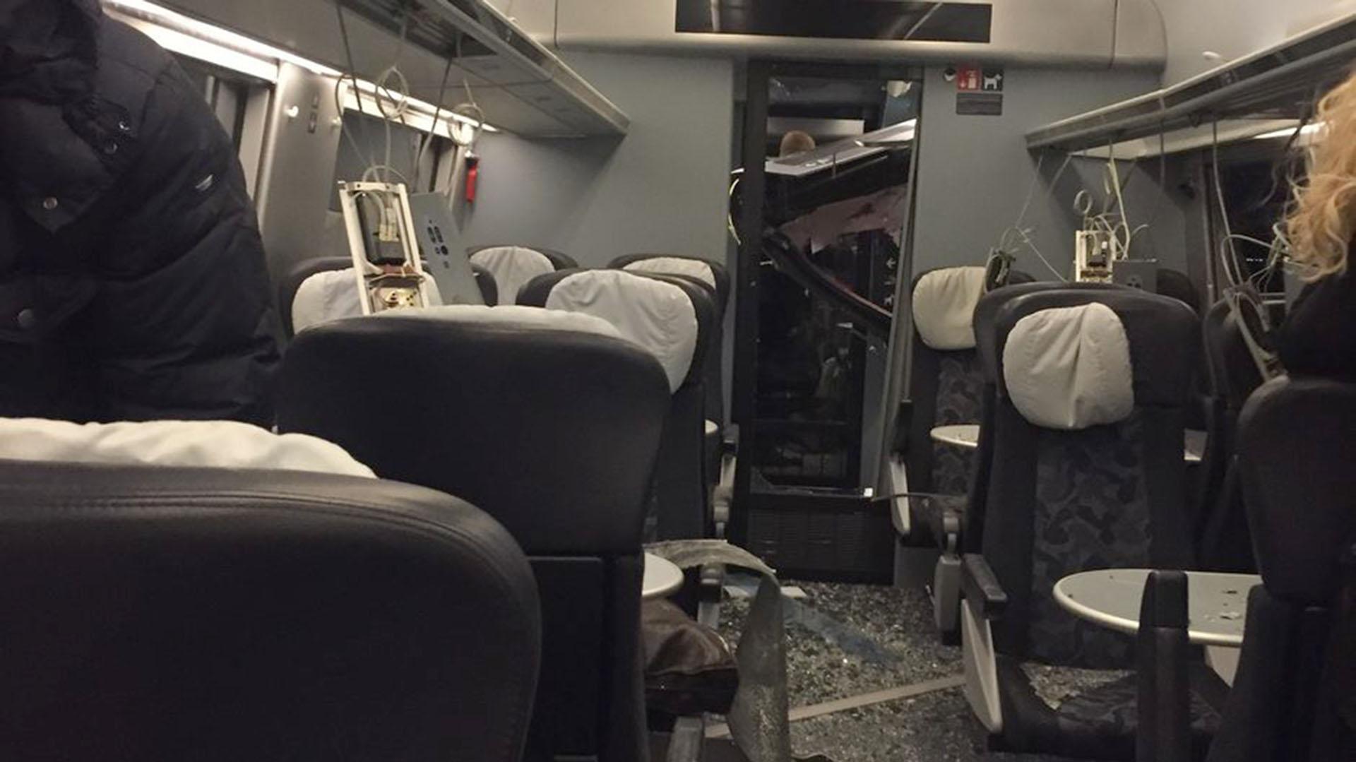 Así quedó el interior de uno de los vagones de pasajeros (@breakinglv)