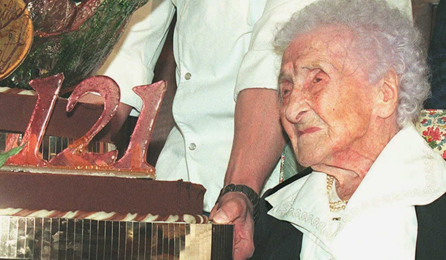 Jeanne Calment celebra su 121 cumpleaños en 1996. Su edad sería otra, según una investigación (AFP)