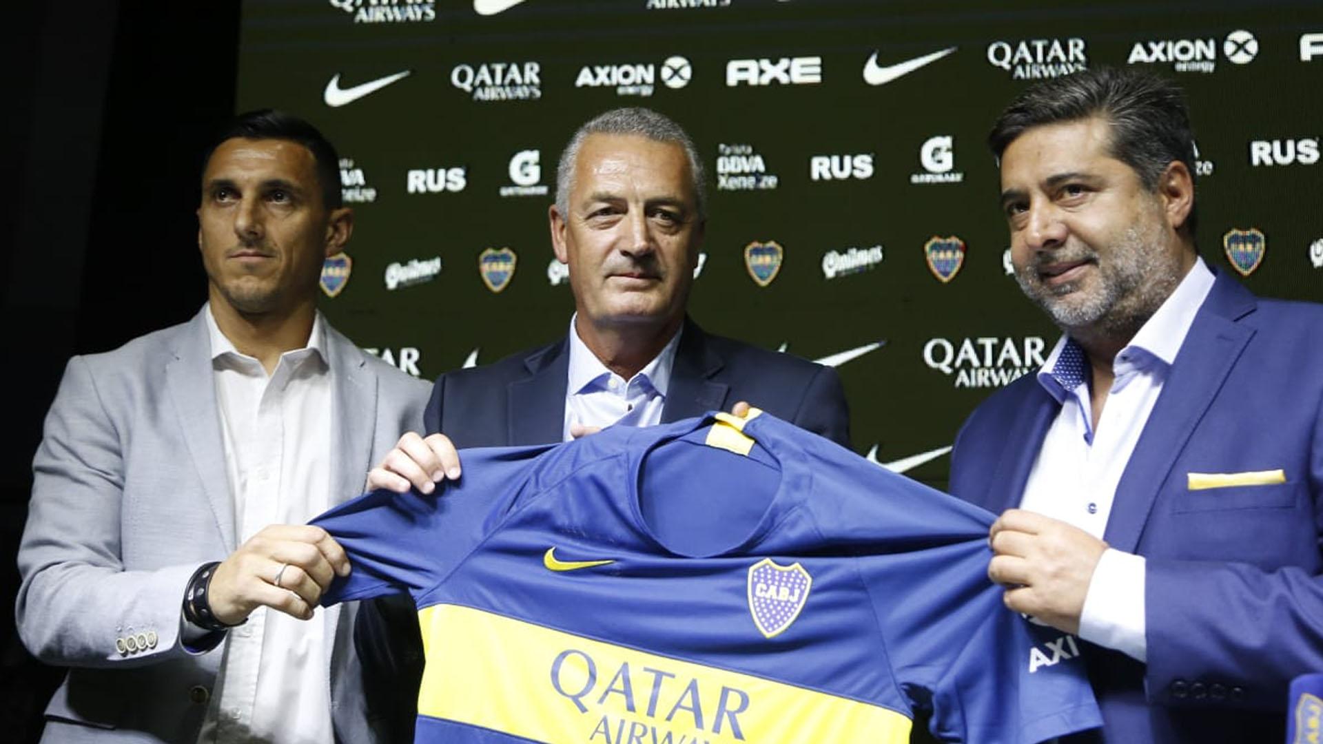 Alfaro posa con la camiseta, escoltado por Nicolás Burdisso y Daniel Angelici (Foto: Nicolás Aboaf)