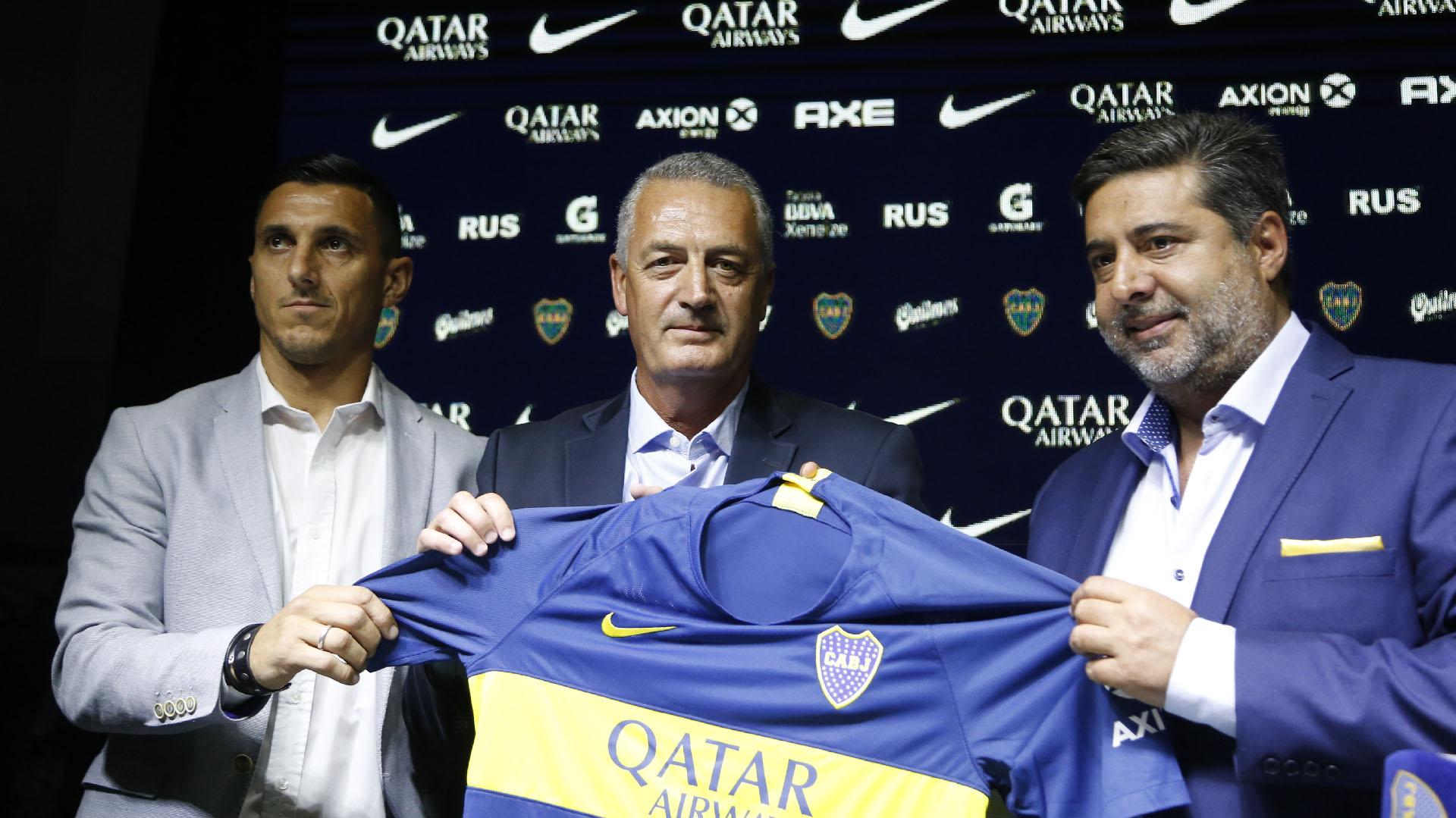 Alfaro, con la camiseta de Boca, acompañado por Burdisso y Angelici (Foto: Nicolás Aboaf)