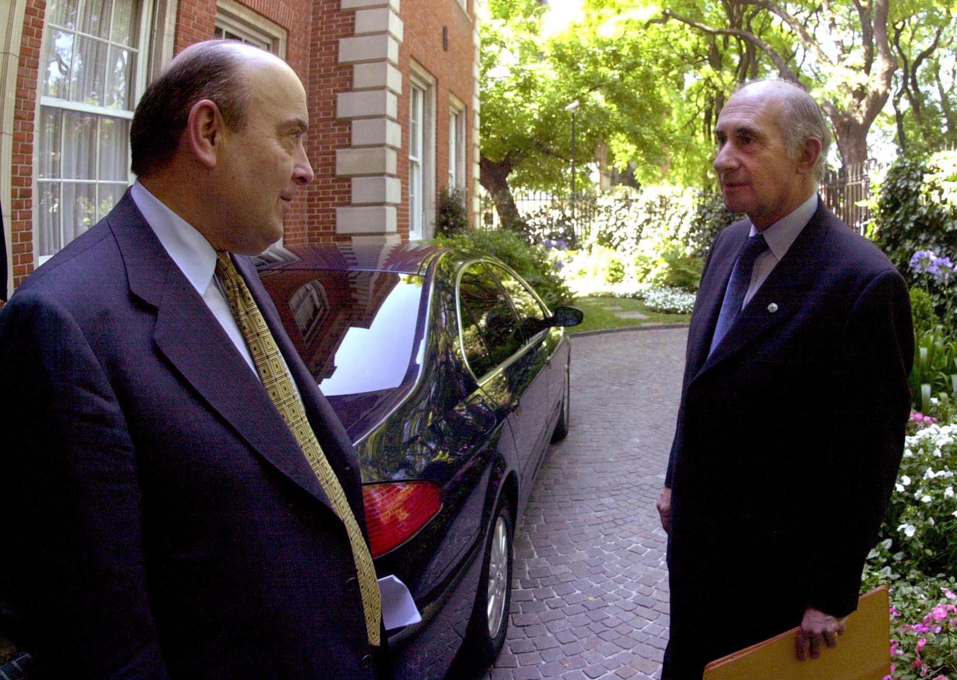 Otra imagen junto a Cavallo: ante una corrida bancaria, el entonces Ministro de Economía instauró una medida conocida como Corralito, que consistió en limitar los retiros en efectivo