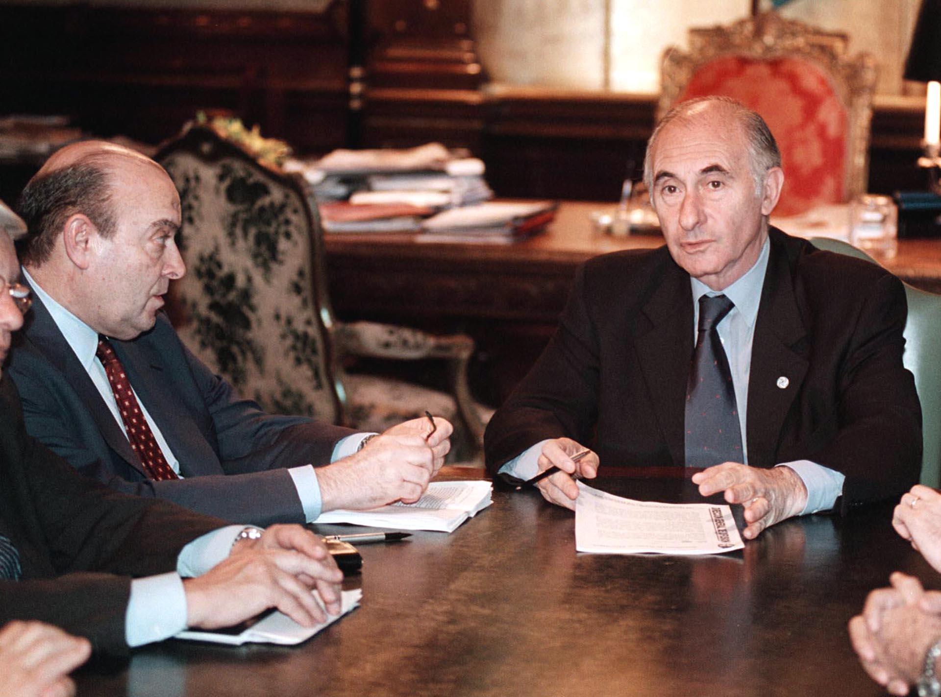 Junto al ministro Cavallo, duranteuna reunión de Gabinete convocada de urgencia