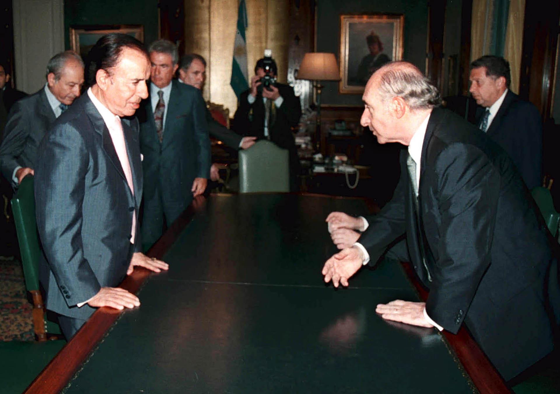 Peronistas y radicales. El ex presidente Carlos Menem y una visita al entonces mandatario Fernando De la Rúa