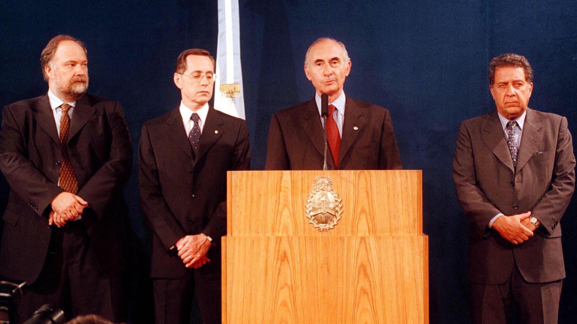 El presidente Fernando de la Rúa dirige un mensaje a la población acompañado por los ministros Colombo, Giavarini y el secretario Nicolás Gallo