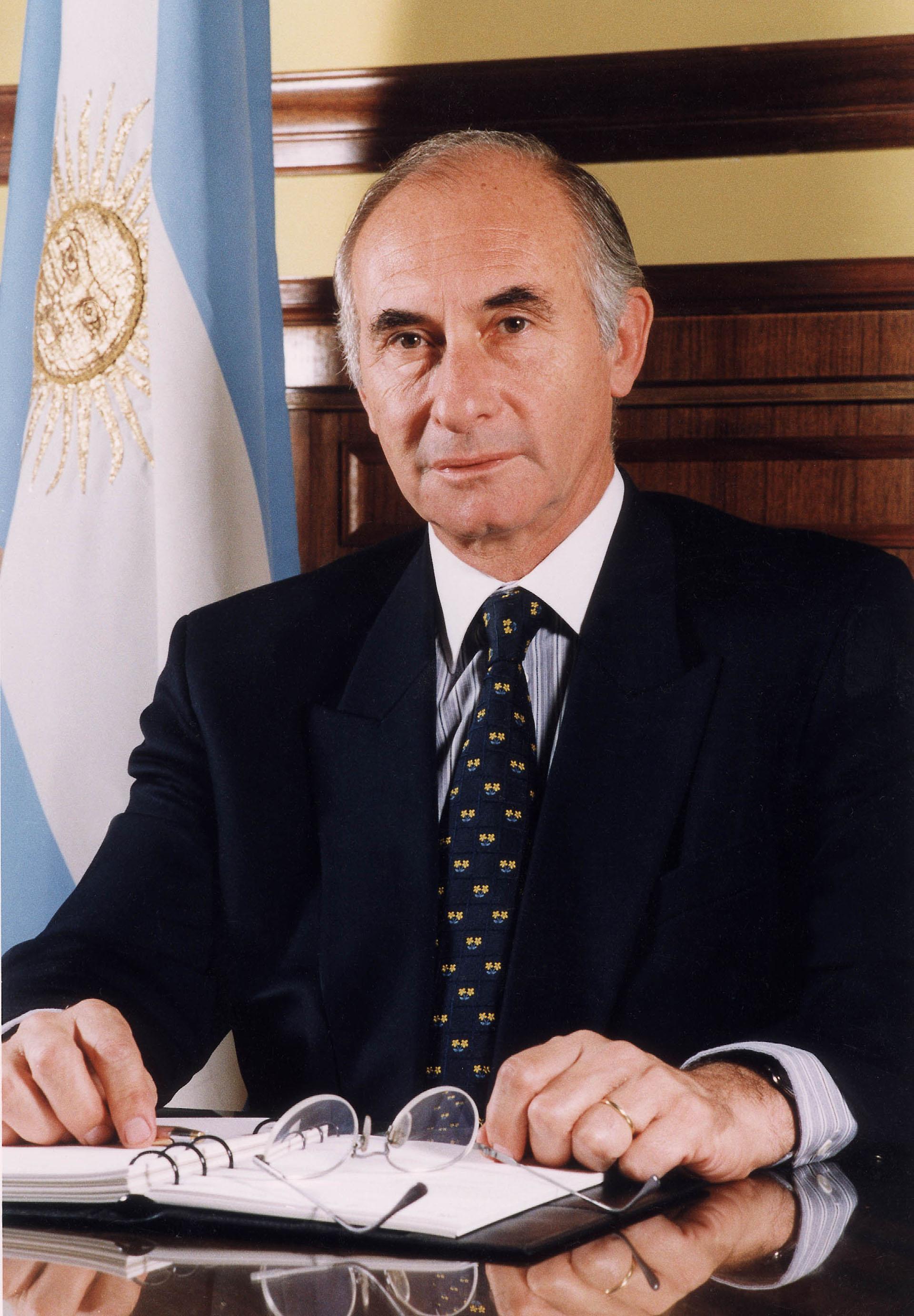 En diciembre de 1999 se convirtió en el cuarto presidente democrático de la Argentina desde el fin de la dictadura en 1983. Antes trabajó como abogado, legislador y senador