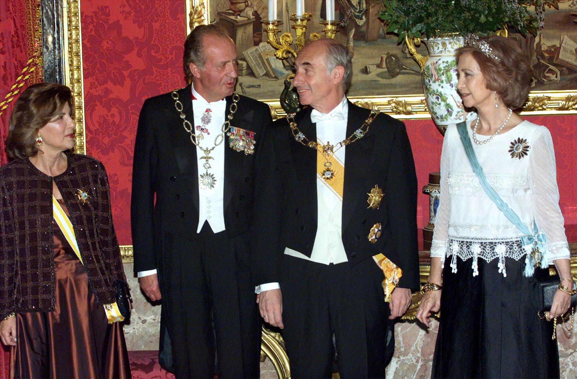 Con el rey Juan Carlos de España. De la Rúa asumió como presidente el 10 de diciembre de 1999 y renunció el 21 de diciembre de 2001 en medio de una grave crisis social, económica y política sin precedentes