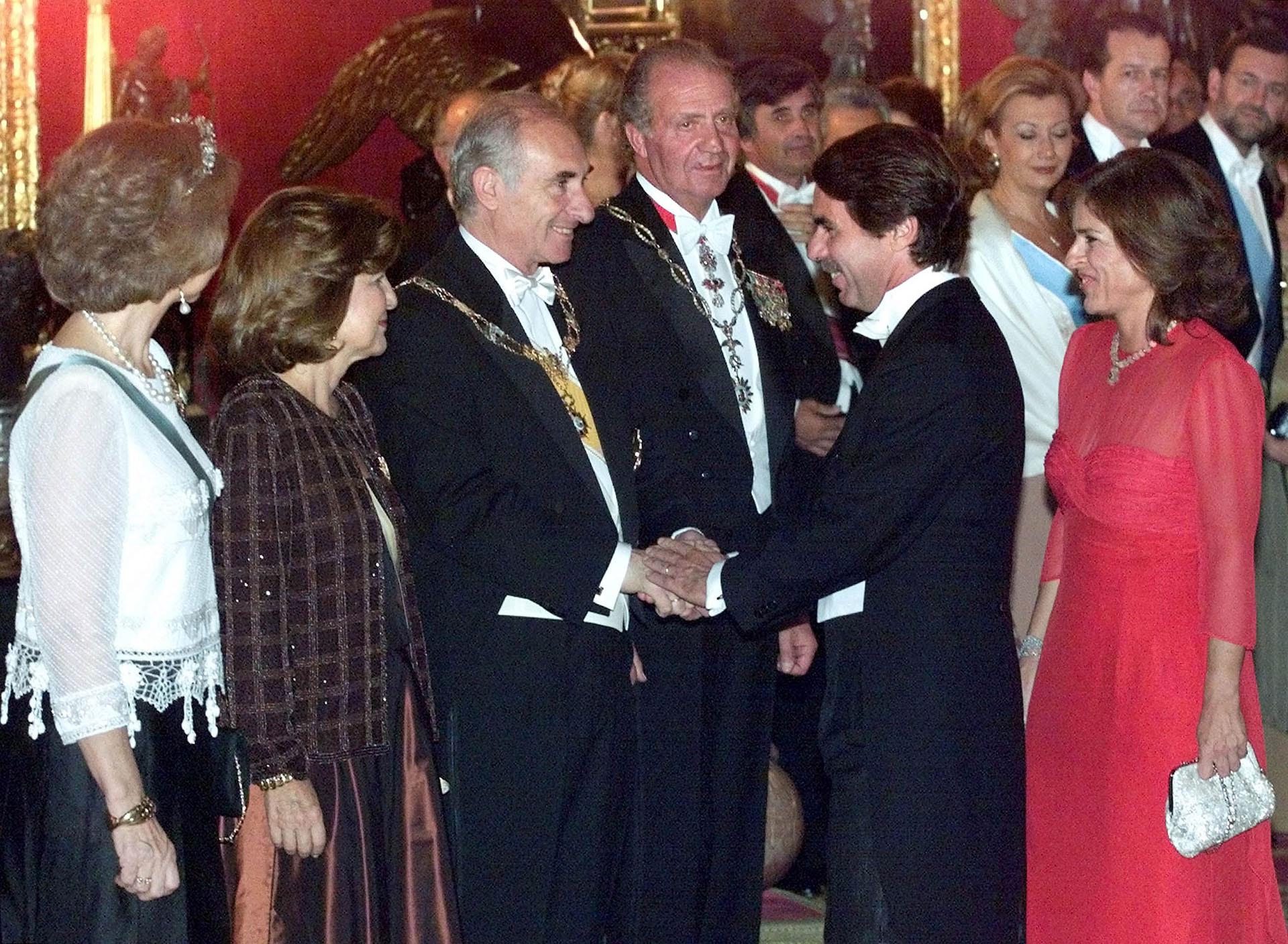 Año 2000, Madrid. De La Rua y la primera dama Inés Pertiné saludan al primer ministro español José María Aznar, ante la mirada del rey Juan Carlos y la reina Sofía