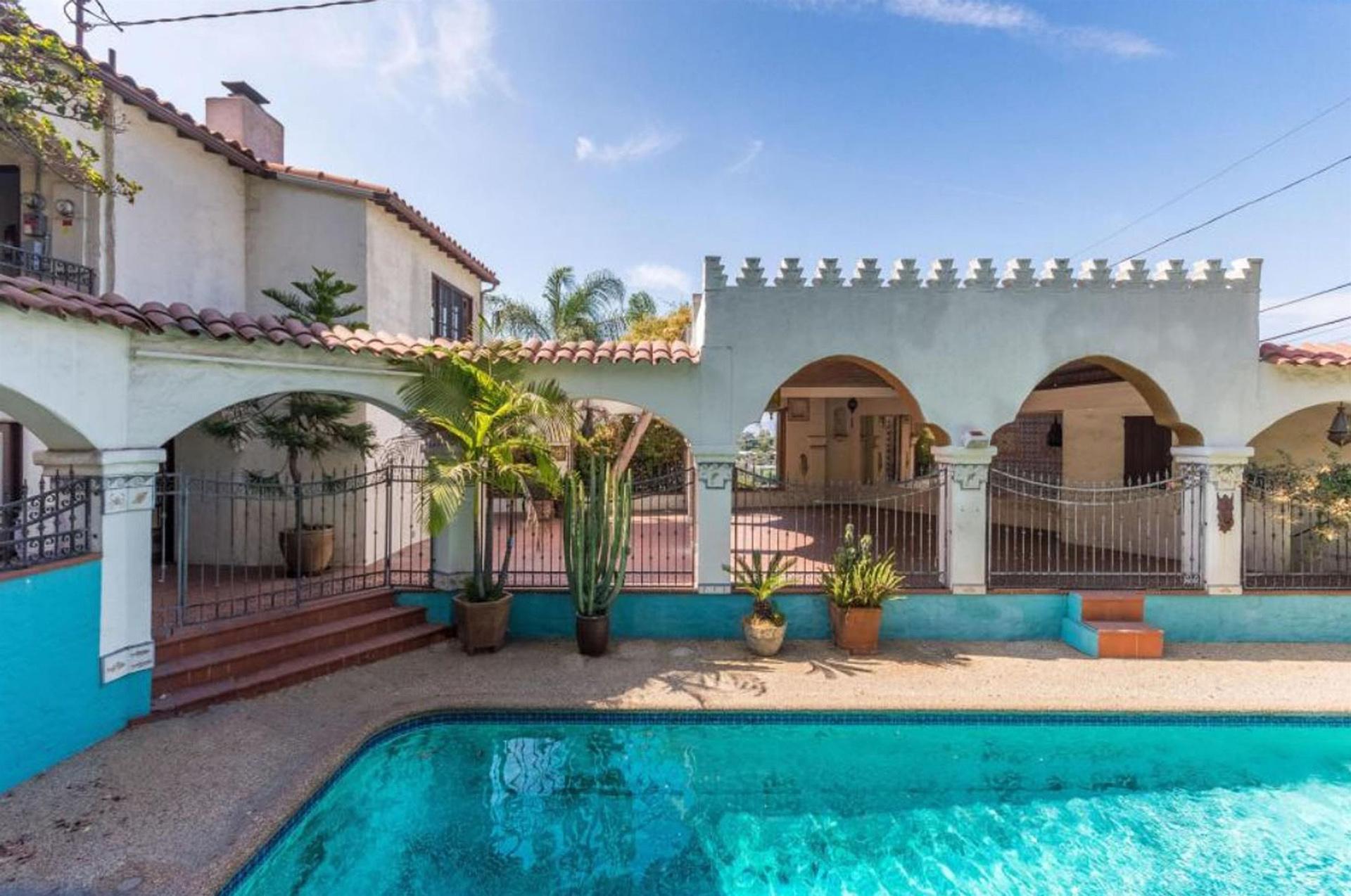 La mansión, ubicada en Los Ángeles, cuenta con una hermosa piscina (The Grosby Group)