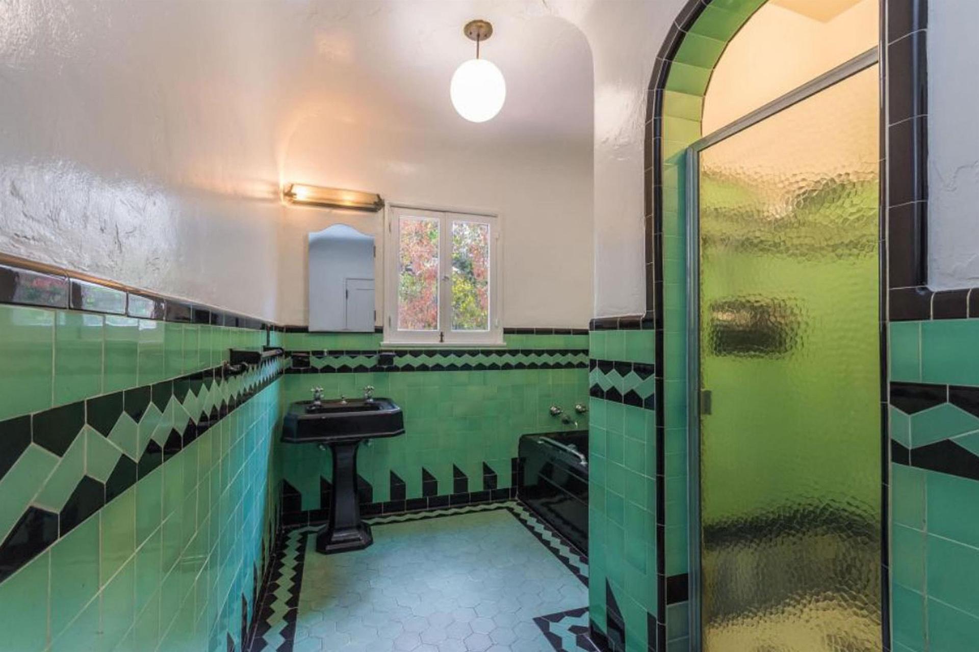 Con un estilo español, la residencia tiene hermosos azulejos de colores. (The Grosby Group)