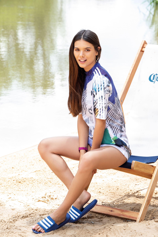 Las sandalias deportivas llegan a la playa y s unen a las remeras oversize para lograr un look más surfer.