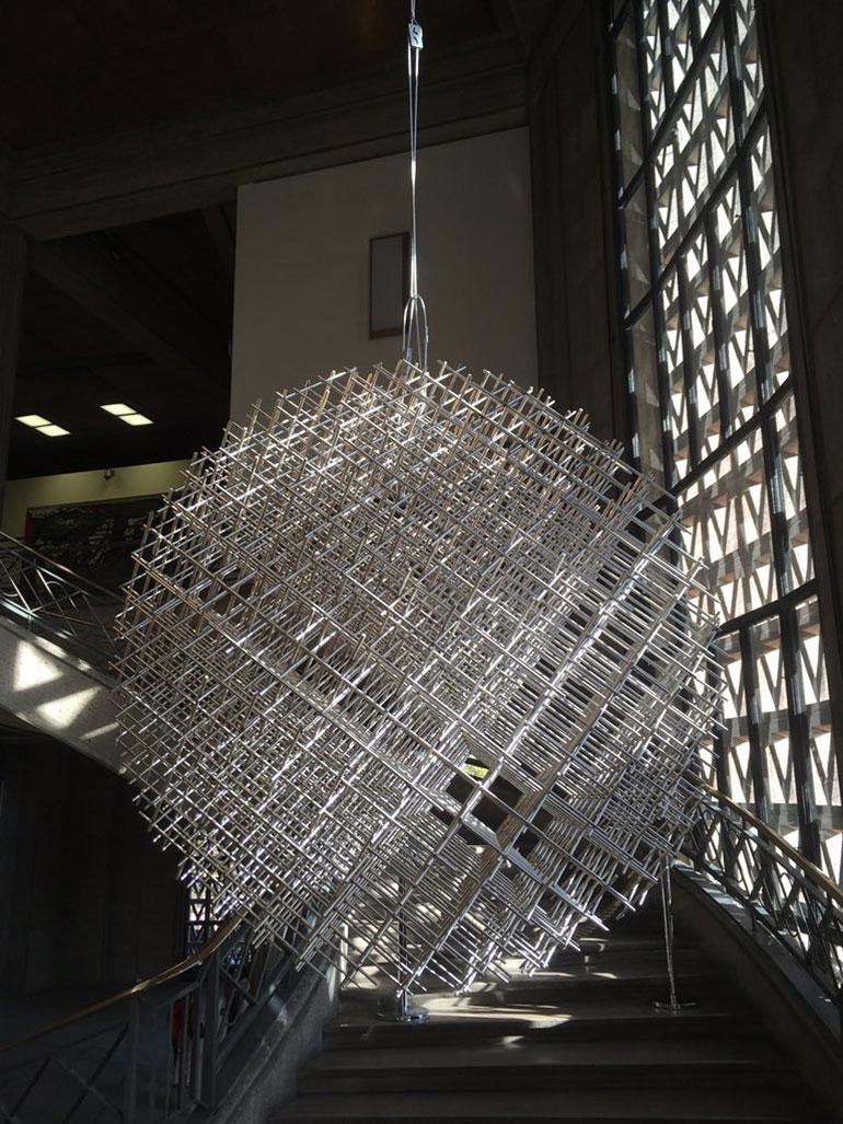 Una escultura de François Morellet expuesta en el Palais d´Iéna