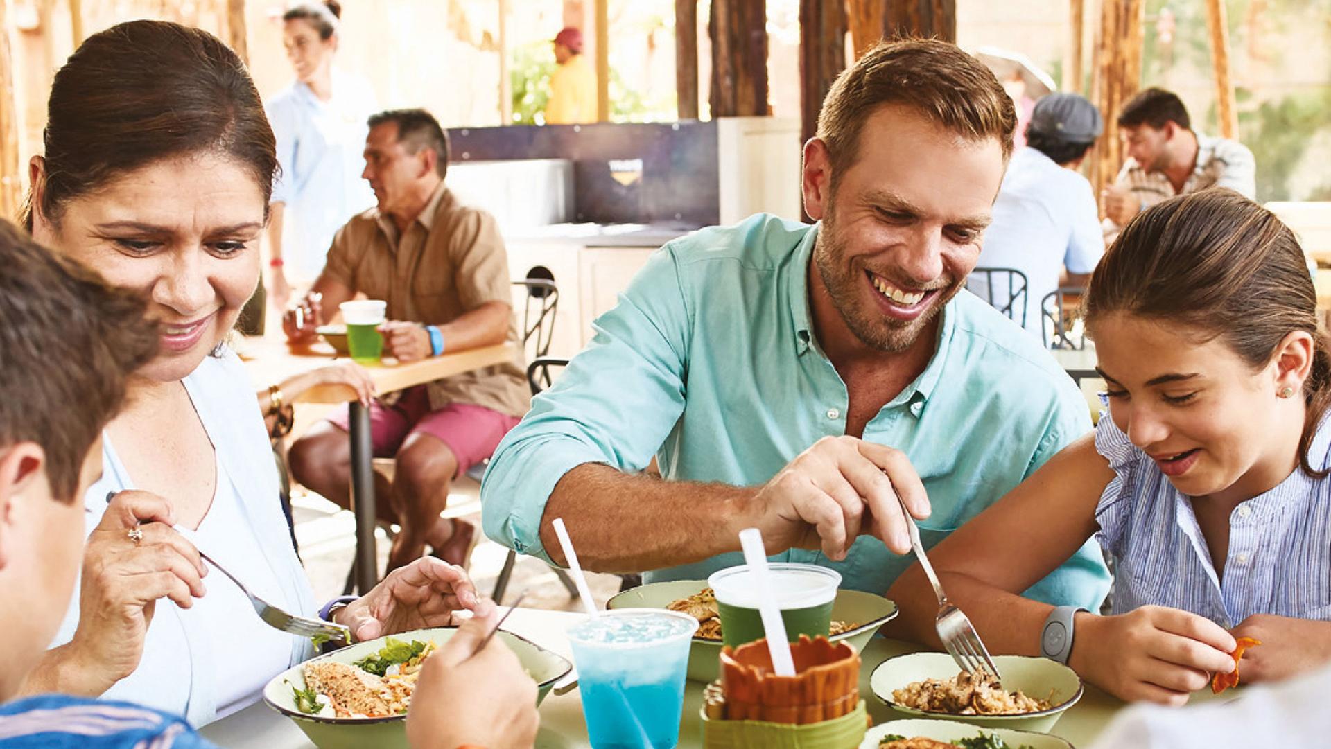 El Plan de Comidas Quick incluye por día y por personados comidas rápidas (desayuno, almuerzo, merienda o cena), dos snacks y un vaso Disney recargable (Disney).