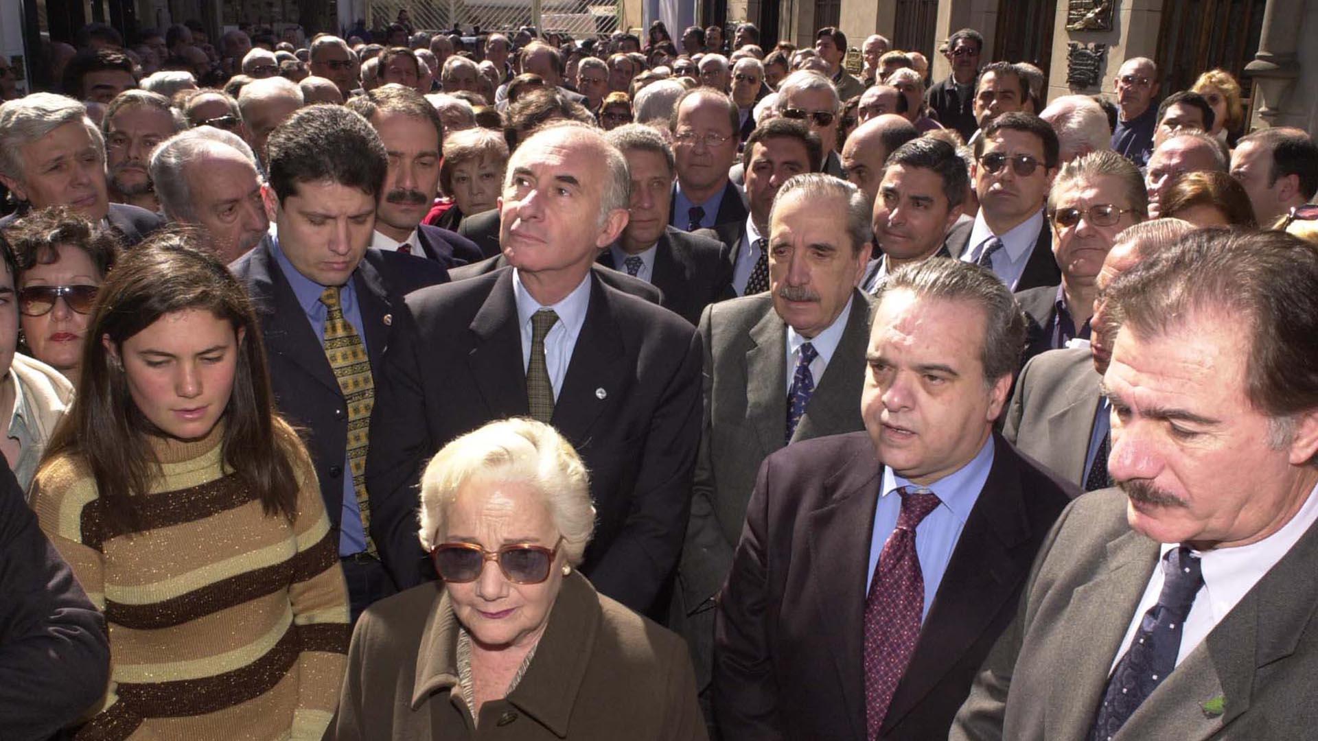 Junto al ex presidente Raúl Alfonsín, el diputado Rafael Pascual y el ex ministro Federico Storani, en el cementerio local durante el homenaje realizado al cumplirse 20 años del fallecimiento del radical Ricardo Balbin